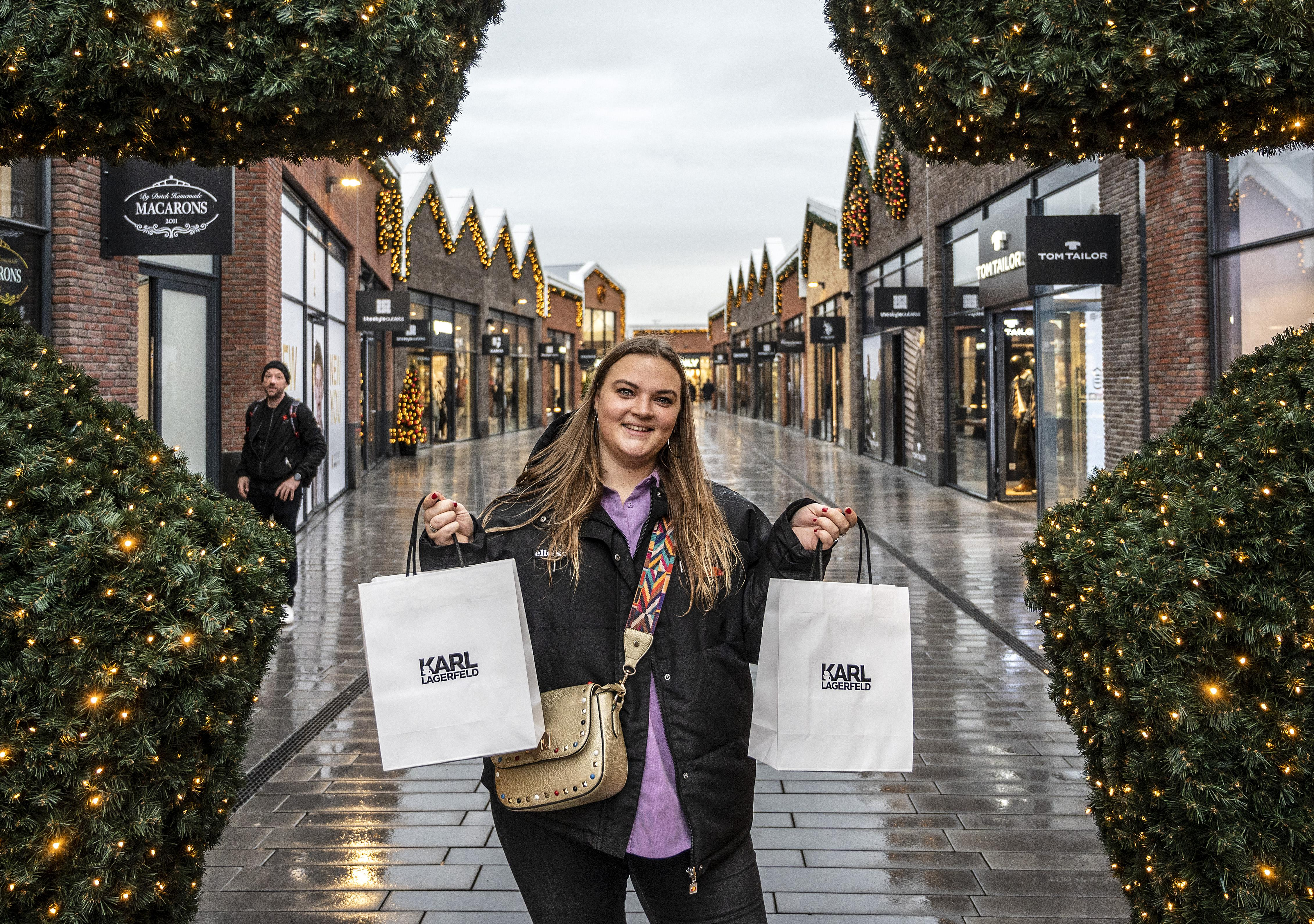 Koopjesjagen tijdens eerste dag The Style Outlets in Halfweg: in de rij bij Nike