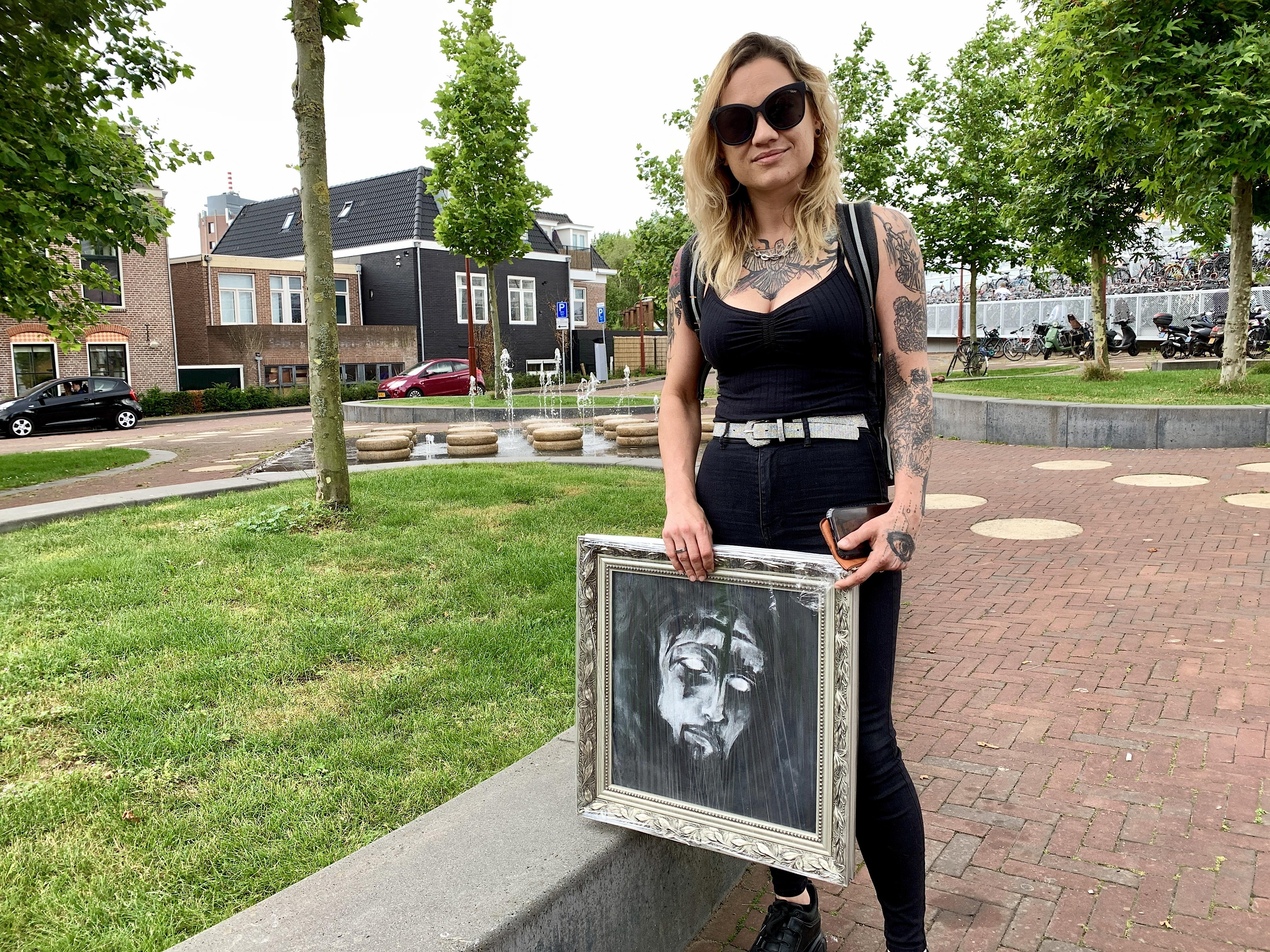 'Ik ben een vechter' zegt de uit Roemenië afkomstige tattoo-kunstenares Claudia. 'Maar ook een avonturier die nooit plannen voor de toekomst maakt. Ik zie wel wat er op mijn pad komt'