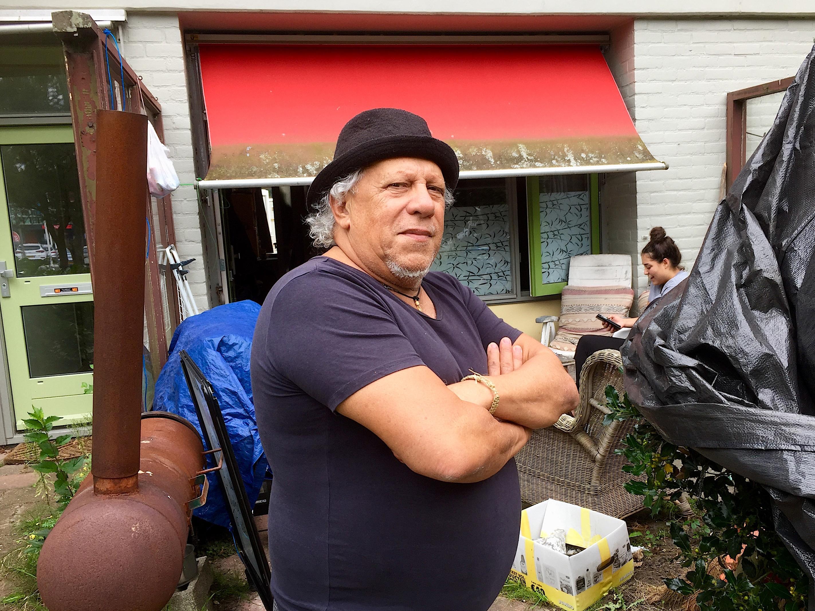 Onderweg: Nery Zucotti dos Santos (71) moest in 1973 uit Uruguay vluchten. In Alkmaar is hij een 'echte kaaskop' geworden