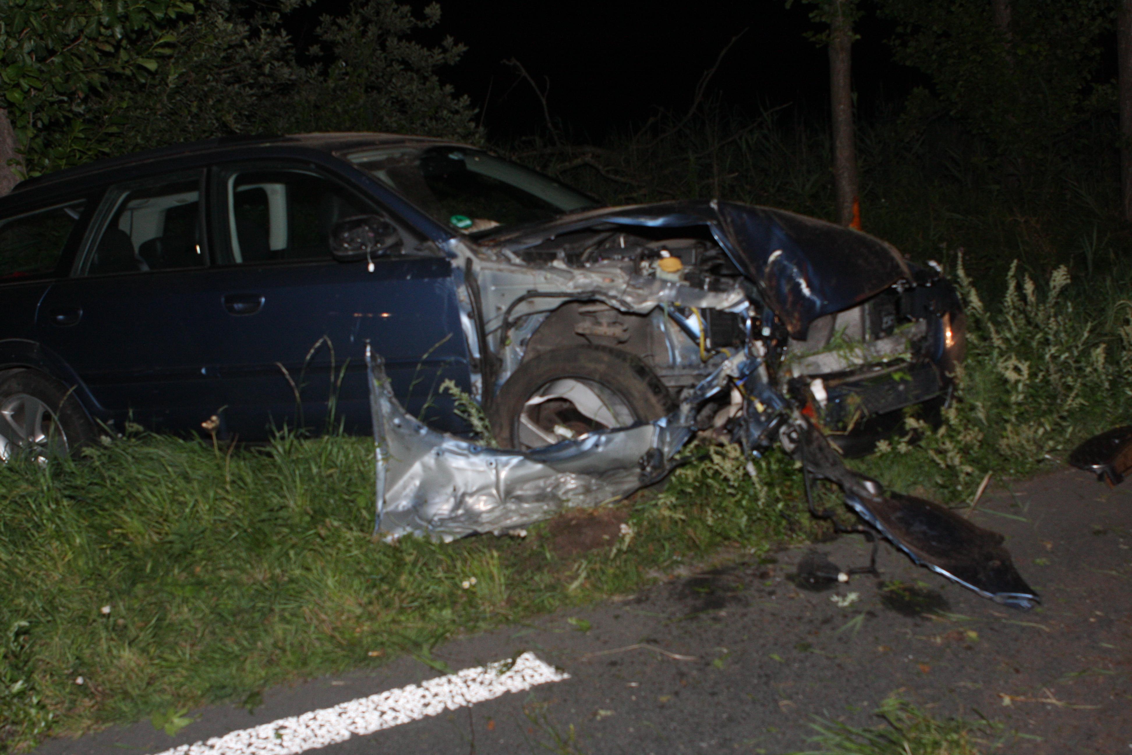 Auto ramt twee bomen langs N201 bij Kortenhoef
