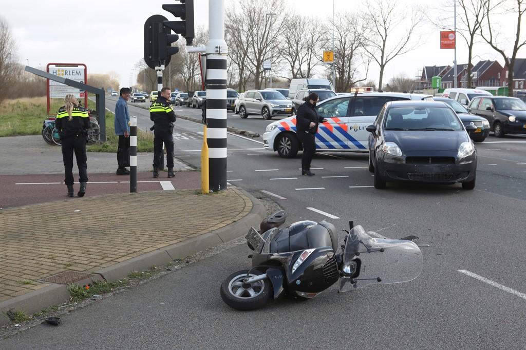 Vrouw op scooter gewond bij aanrijding op Schipholweg Haarlem