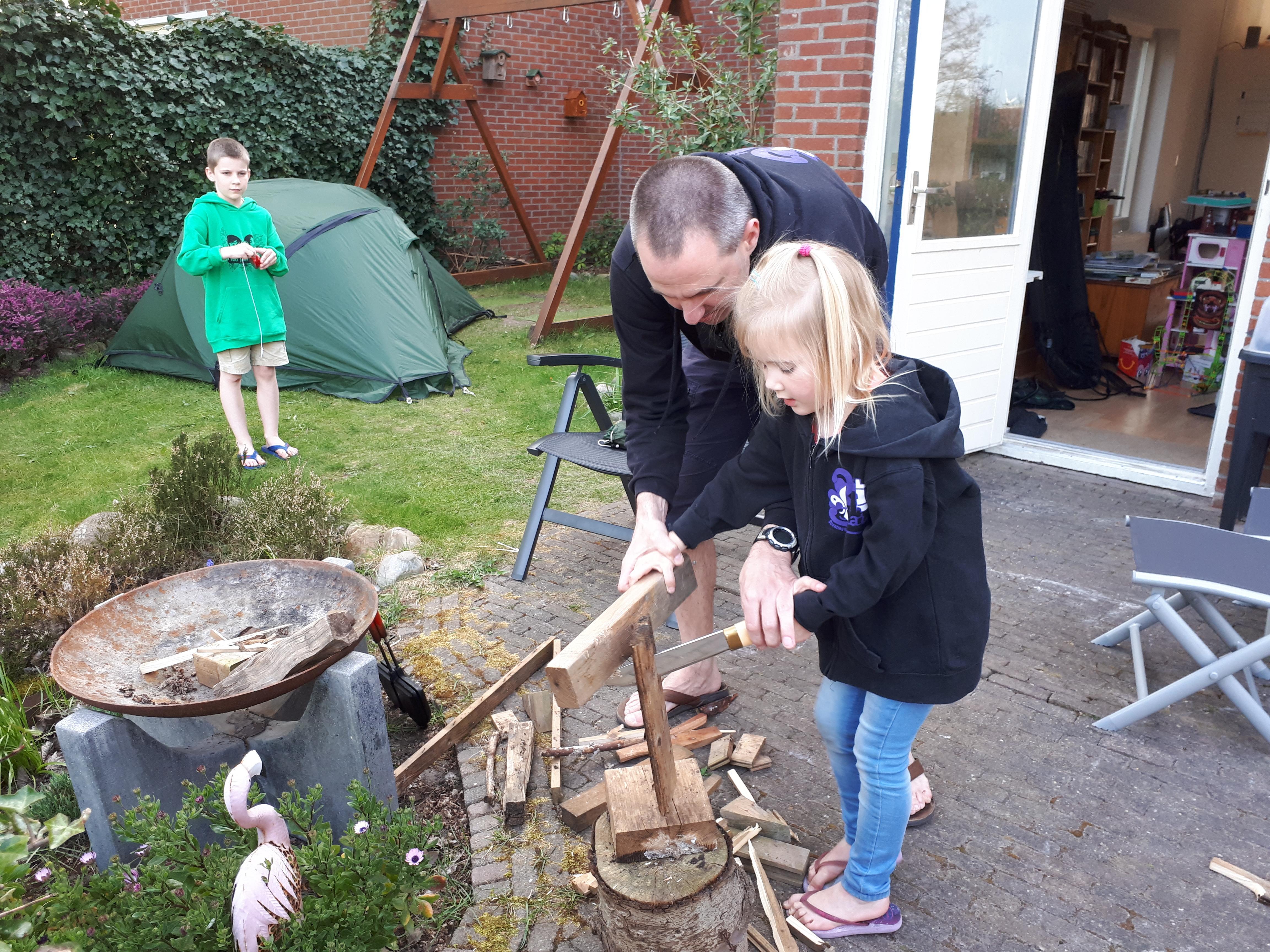 Noord-Hollandse scouts vinden uitdagingen op de vierkante meter: kamperen en hout hakken in de achtertuin en in zeilpak onder de douche