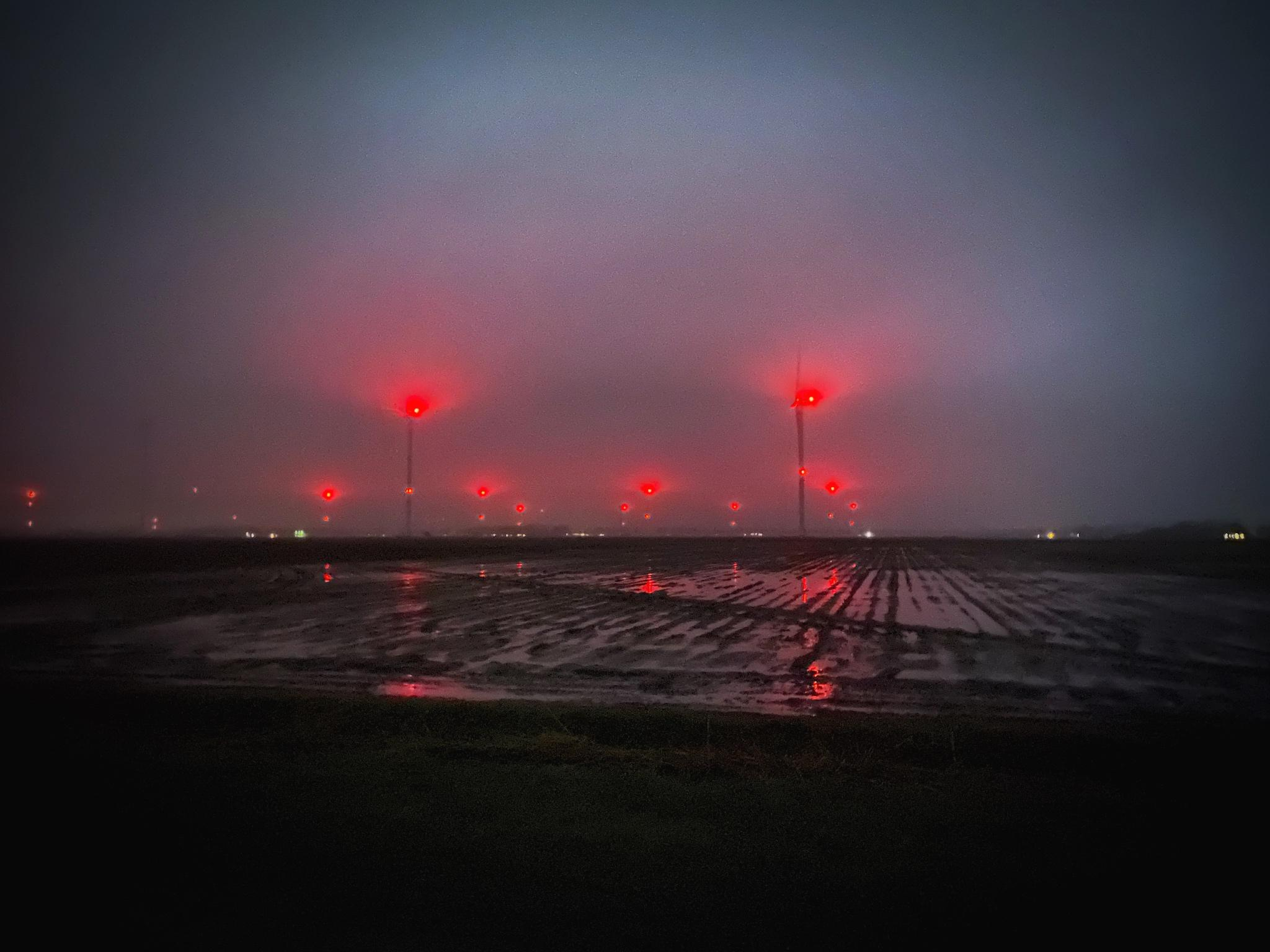 Er wordt iets gedaan aan het 'red light district van de polder': de rode lampen op de turbines in de Wieringermeer gaan mogelijk alleen branden als er vliegtuigen in de buurt komen