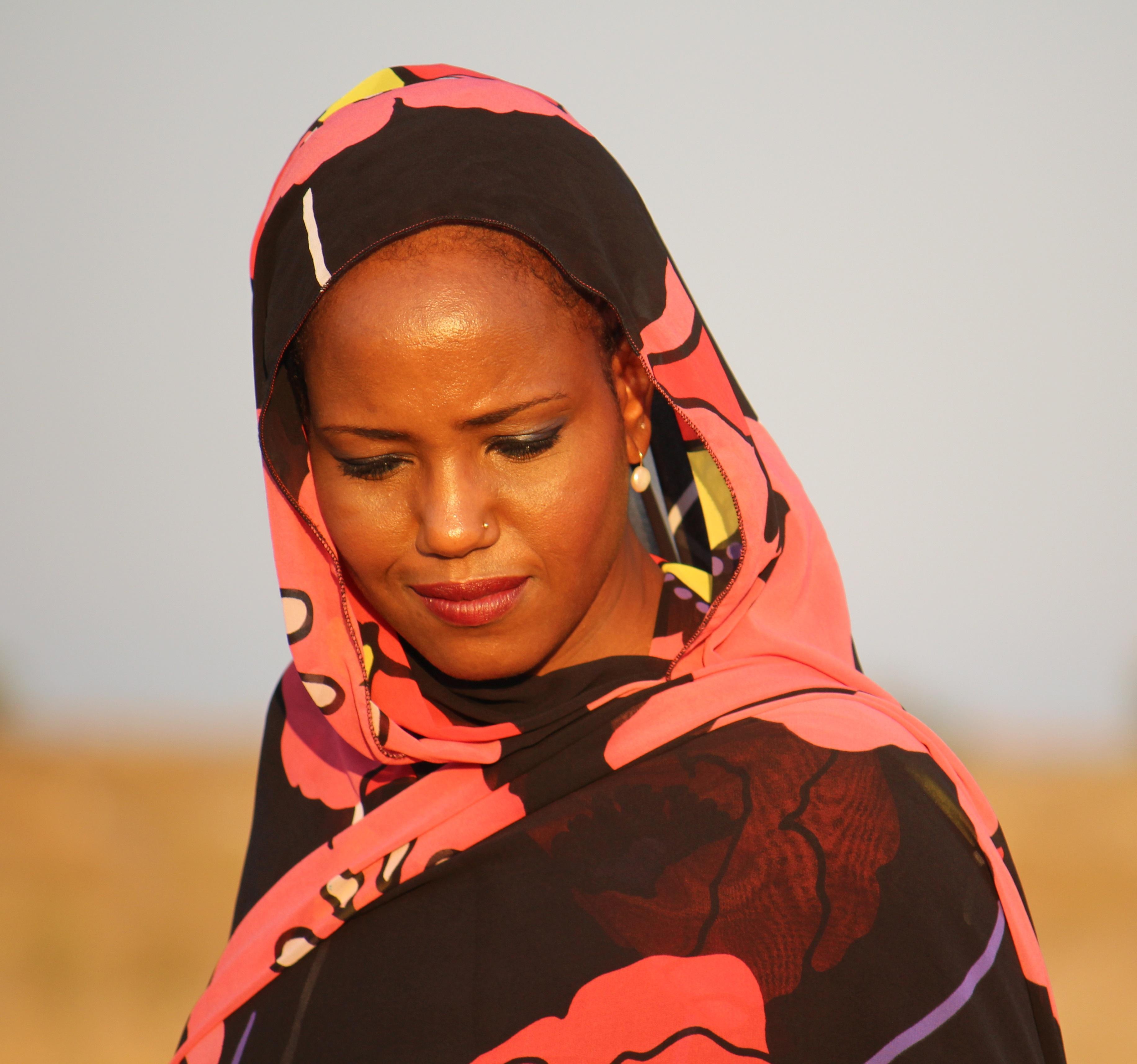 Muzikale nomade Aziza Brahim: 'Mijn band met de cultuur van de Westelijke Sahara is nog altijd sterk' [video]