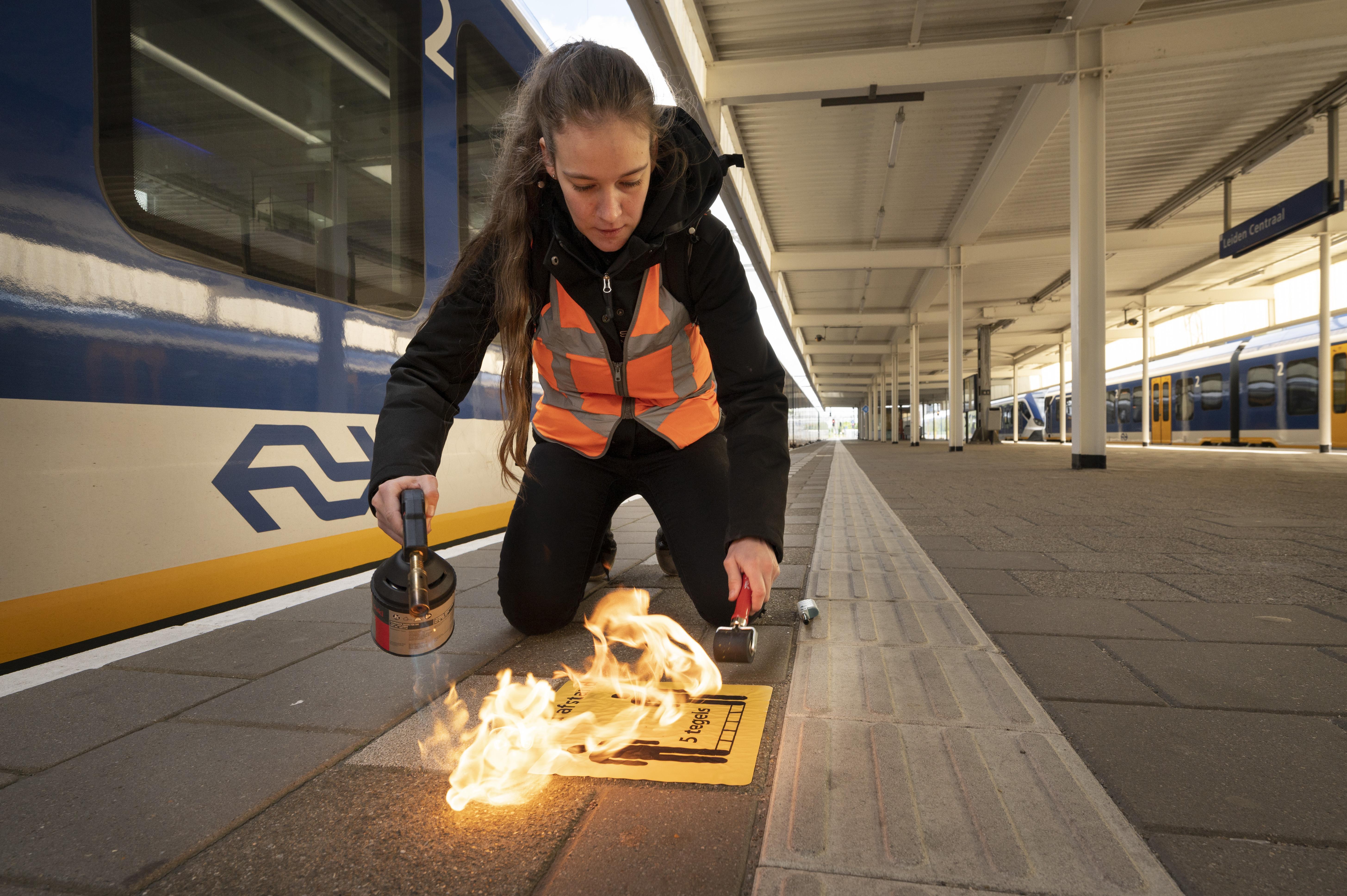 Regels en stickers voor een coronaveilig station Leiden Centraal