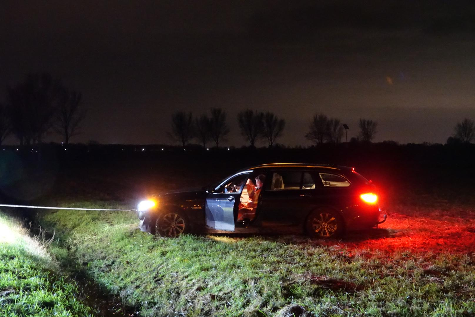 BMW belandt in weiland, tankwagen vol melk vast in berm in Middenbeemster