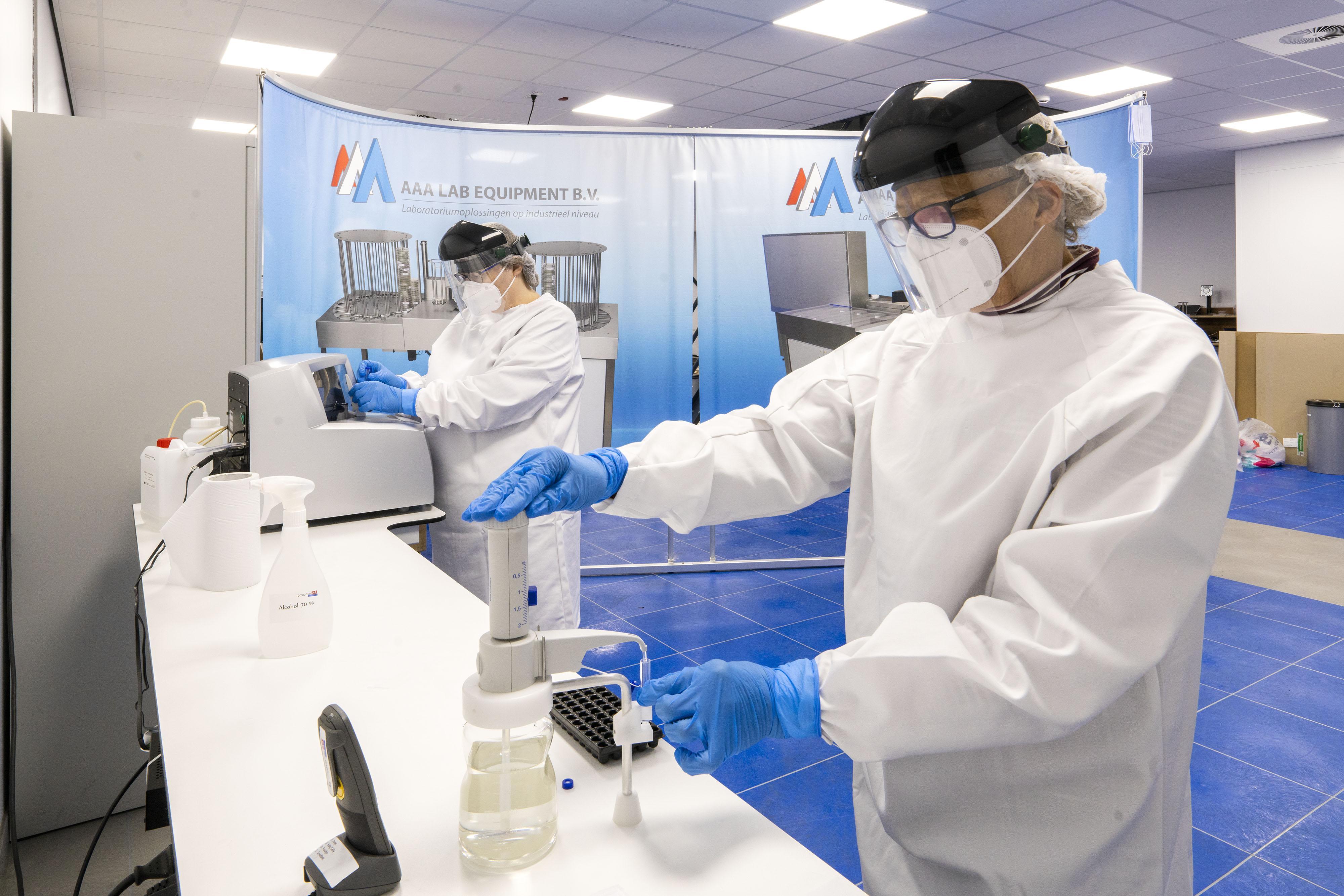 GGD roept commerciële teststraten op coronabesmettingen te melden. 'Dat wil ik wel maar dat kan niet', zegt Peter Krul van een commerciële teststraat in Roelofarendsveen