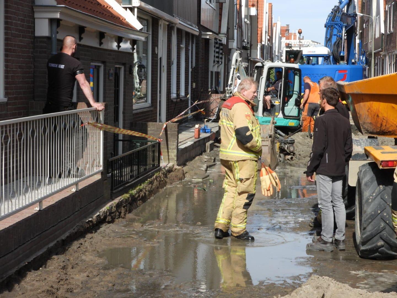 Waterleiding gesprongen op Zuideinde in Volendam; zeven woningen ontruimd