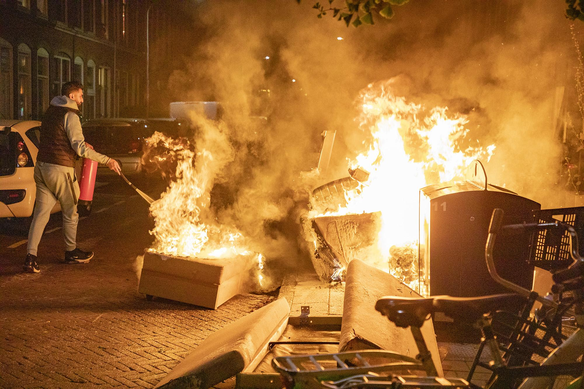 Buurtbewoners proberen in Haarlem fikse buitenbrand te blussen