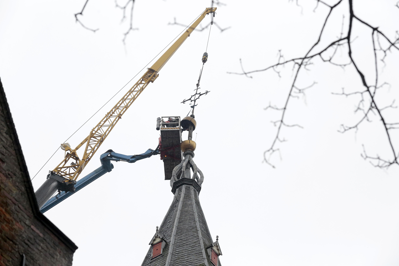 Het kruis van de Grote Kerk Naarden laat zich maar lastig verwijderen; Toren over ruim een half jaar weer bij de tijd