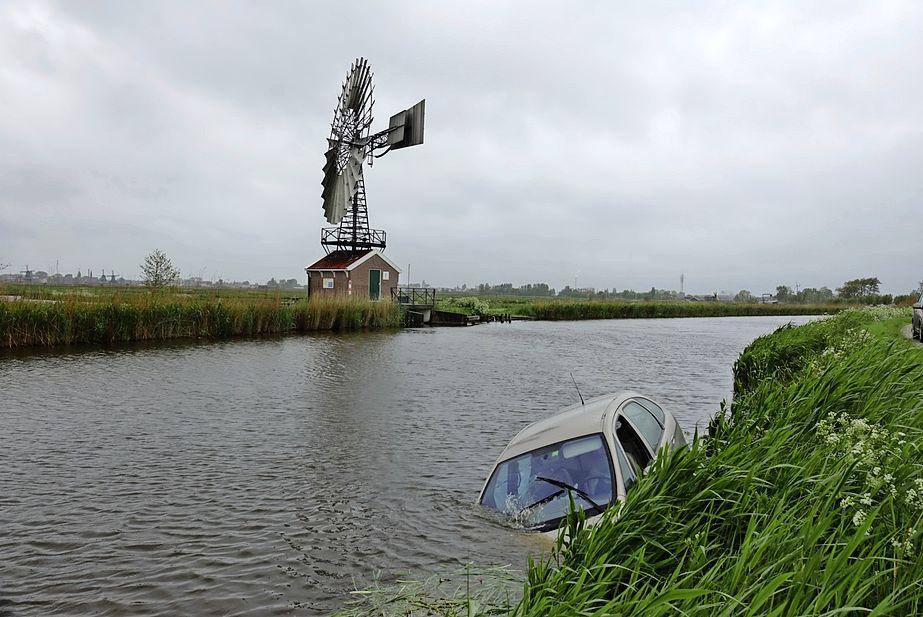 Automobiliste rijdt van de dijk af en belandt in het water in Wormer