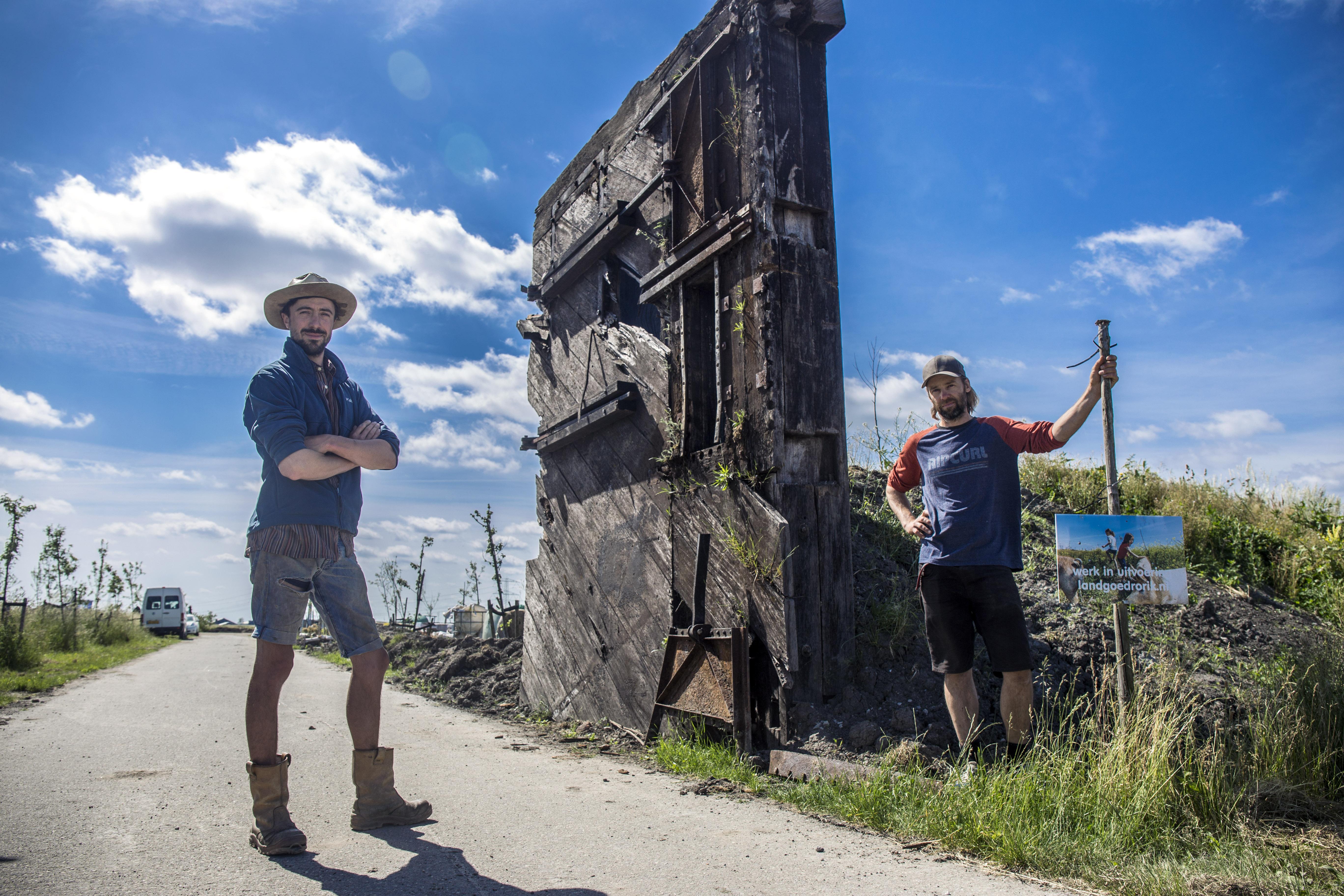 Achter twee reusachtige houten sluisdeuren wordt gebouwd aan een duurzaam paradijsje in de polder. Alles draait in cirkels op Landgoed Rorik