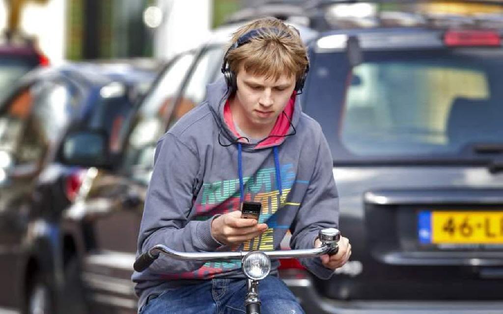 Bijna tachtig bekeuringen voor appen op de fiets in Zaanstreek