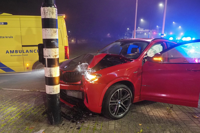 Auto gecrasht tegen stoplicht op Rijksweg in Velsen-Zuid