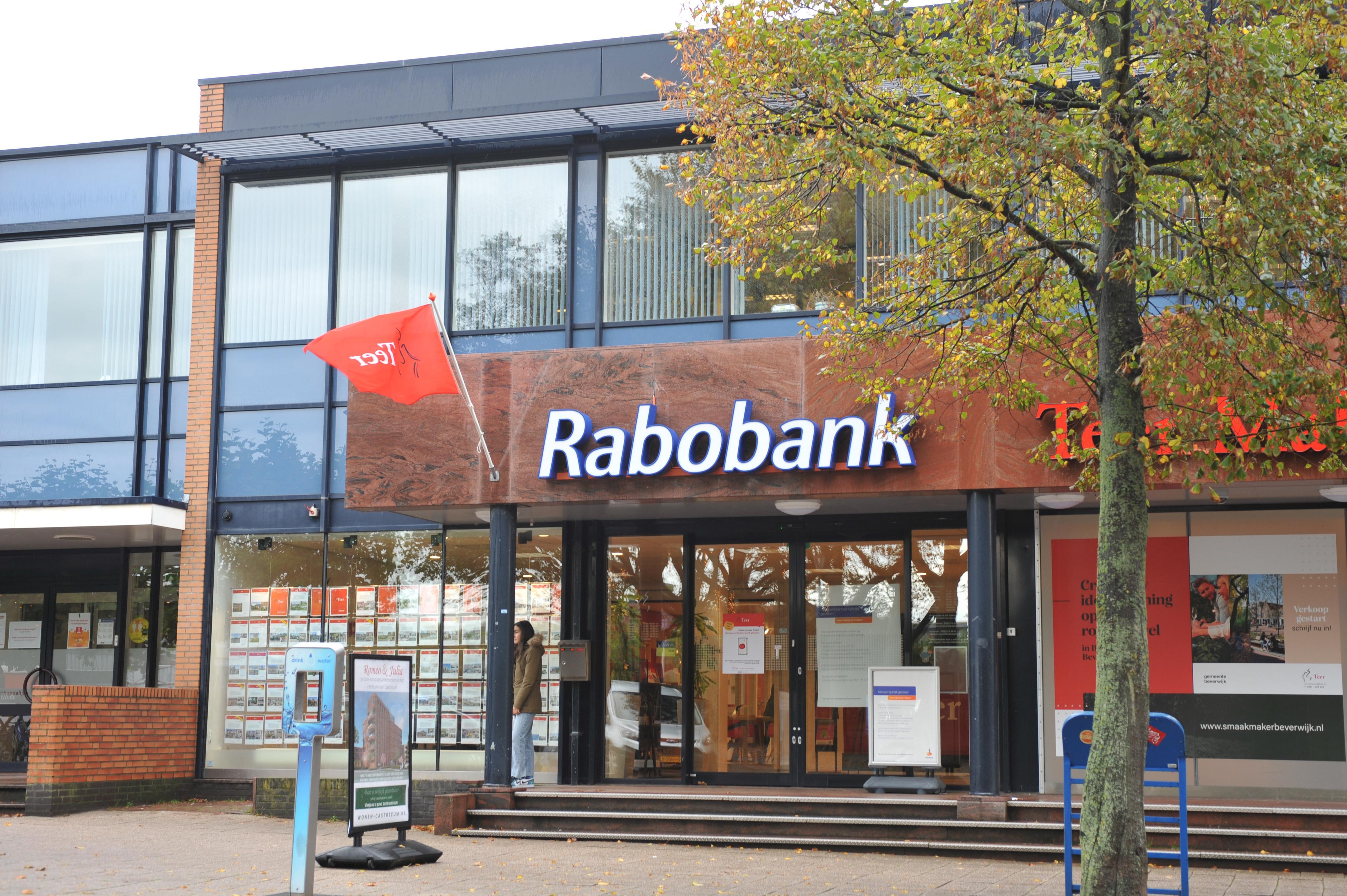 Rabobank Heemskerk sluit deuren filiaal aan Burgemeester Nielenplein. Klant teleurgesteld: 'Een computer wenst je geen sterkte'