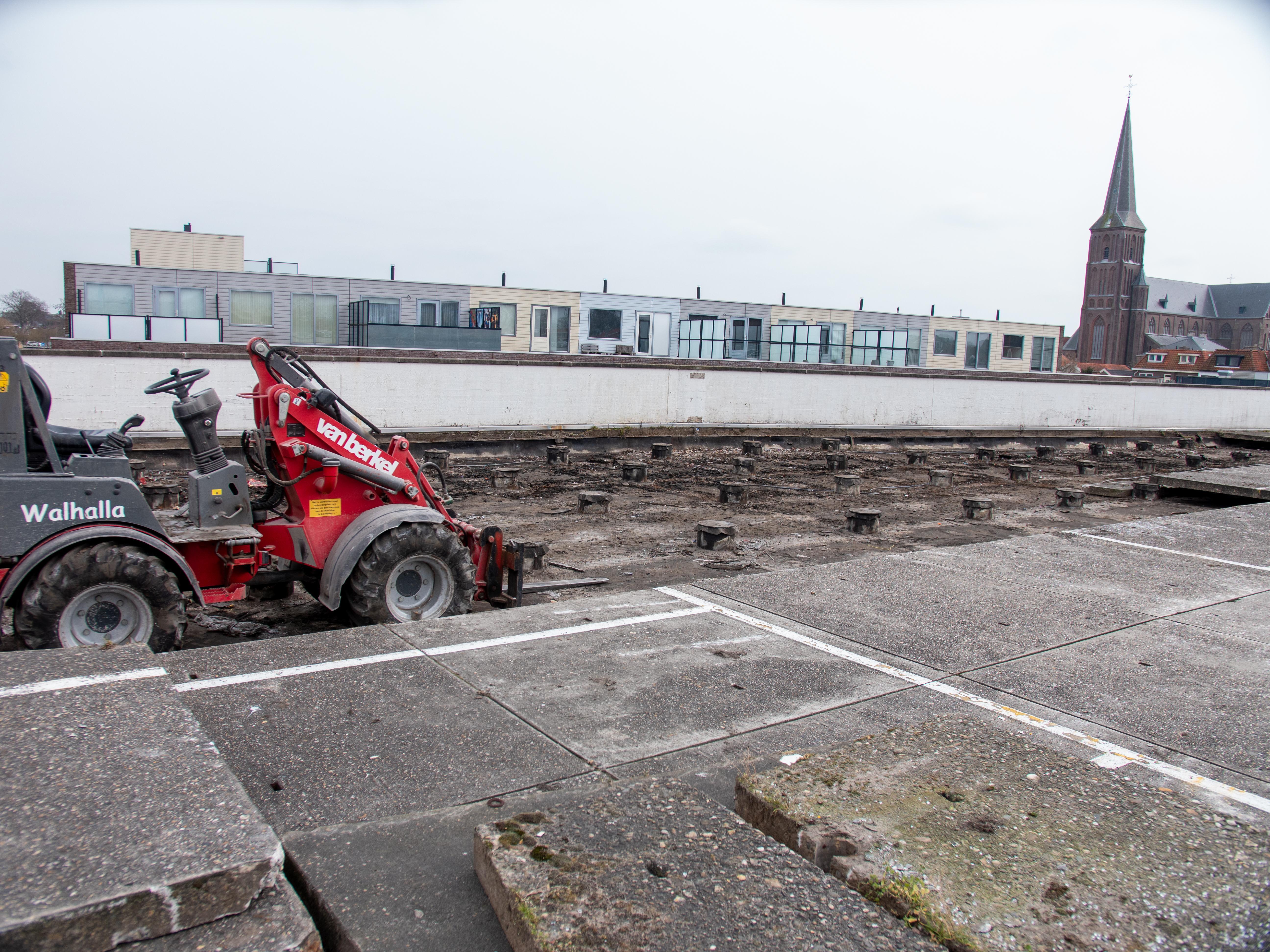 Verbouwing Makado Centrum in Schagen nu 'echt' van start; sloopwerk begonnen op nieuwe oprit parkeerdak