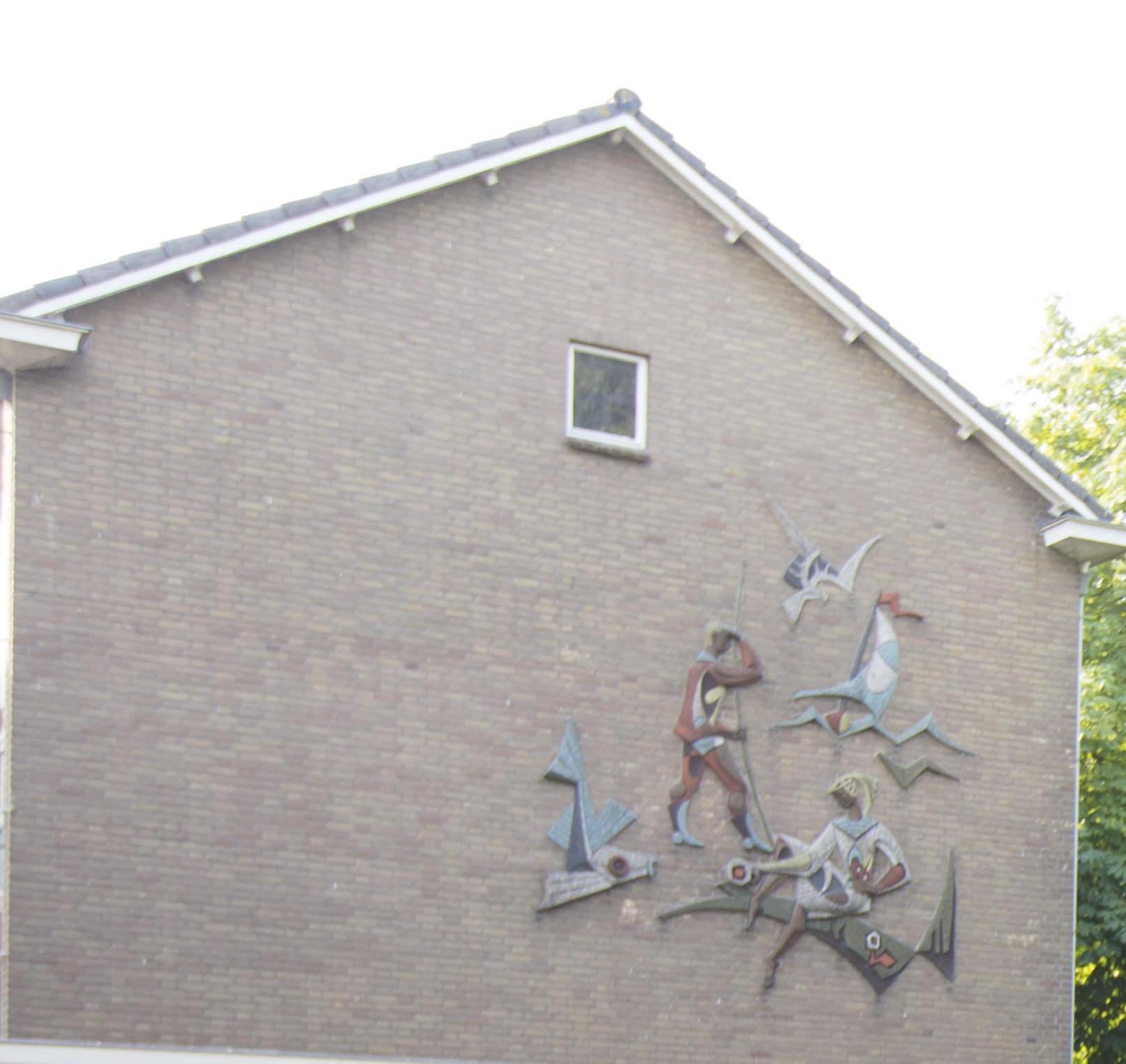Kunstwerk moeilijk van gevel oude Gerardusschool te halen in Oude Wetering