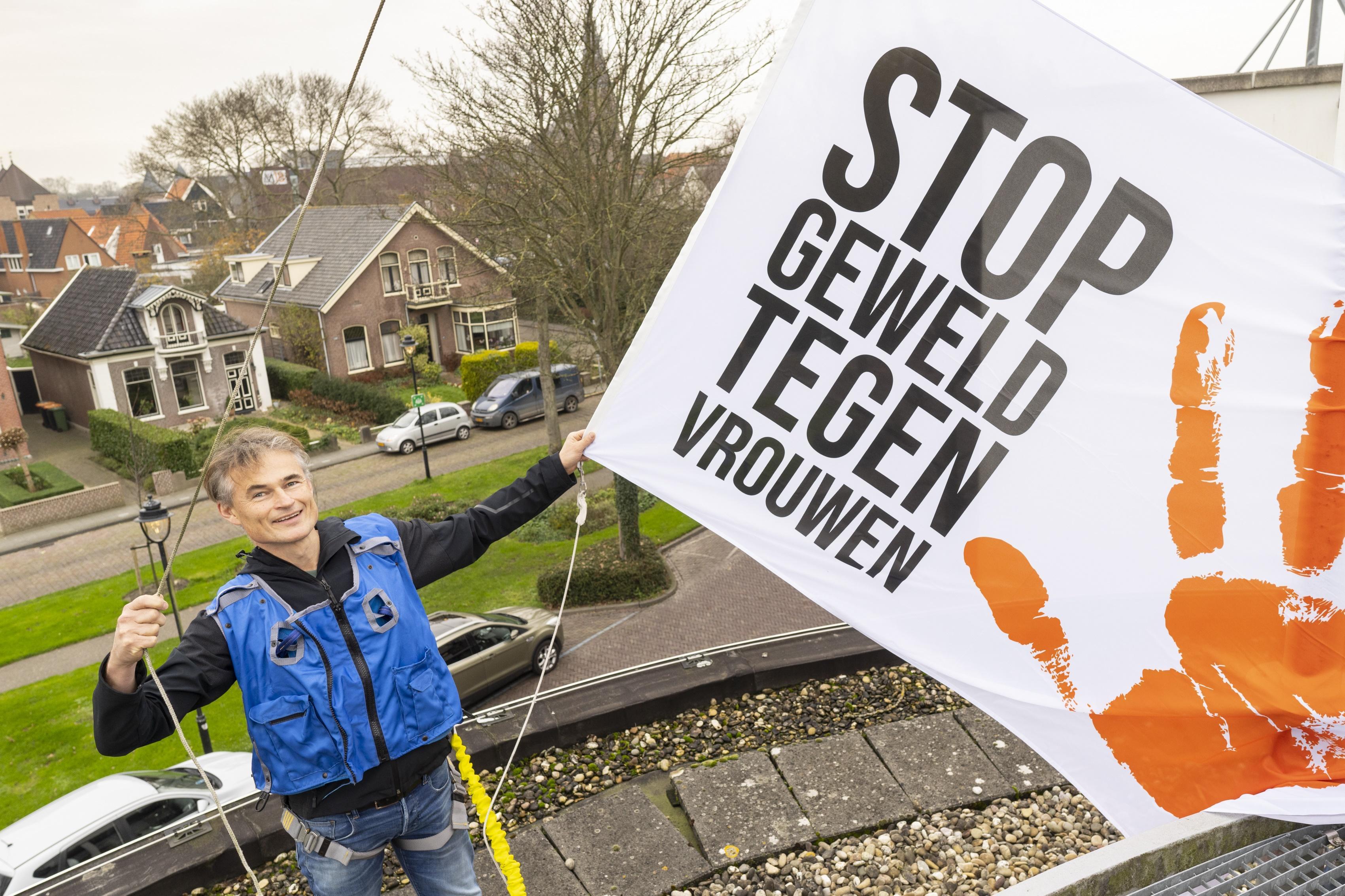 Het gemeentehuis van Schagen in een oranje gloed en een speciale vlag in top. Geweld tegen vrouwen moet stoppen. 'Iedereen verdient een veilige omgeving'