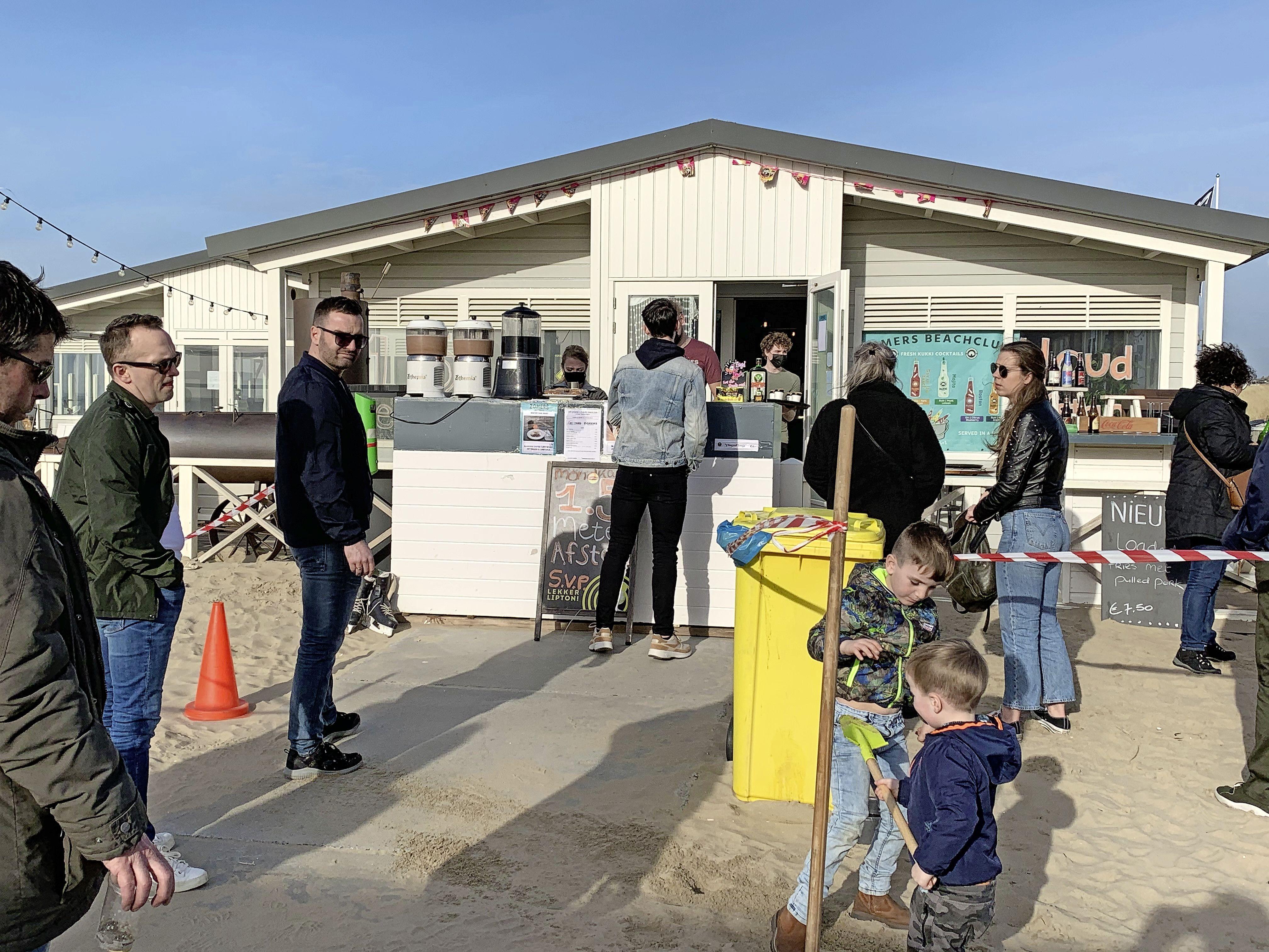 Iedereen wil genieten van de zon, de zee en het Katwijkse strand, maar op een enkele plek is het té gezellig en grijpt de politie in