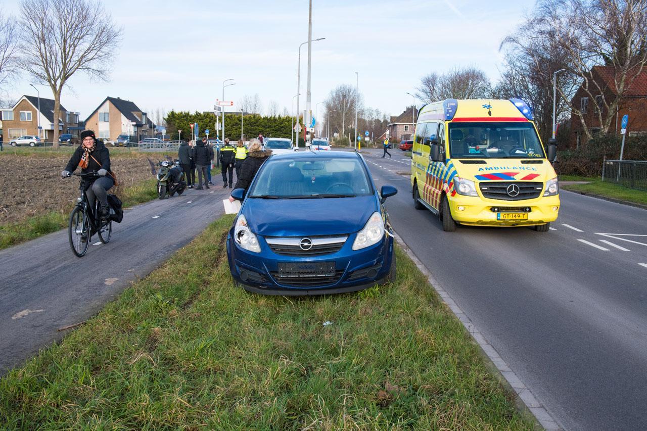 Aanrijding tussen auto en scooter op IJweg in Haarlemmermeer, één gewonde