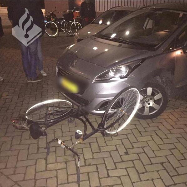 Omstanders halen dronken man uit auto in Alphen aan den Rijn
