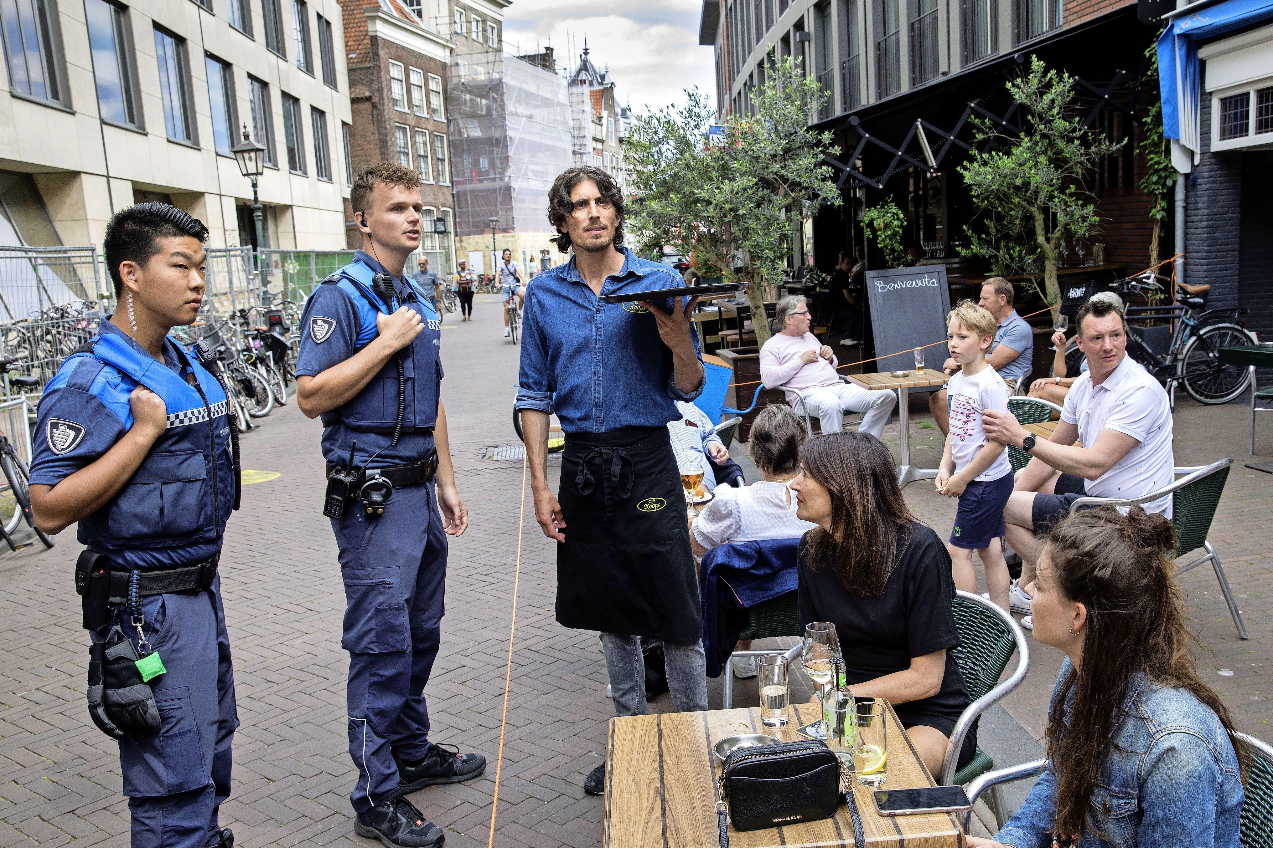 'Stoel voor 5 euro per stuk inclusief 2 biertjes'; Terrasfoto met broodje-aapverhaal over café Koops zorgt wereldwijd voor commotie
