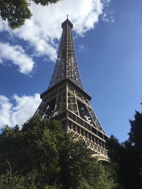 Parijs in augustus; als we op de metrotrap naar boven lopen, voel ik me als een leeggelopen ballon