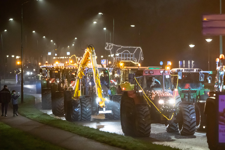 Meer dan 100 Eemlandse boeren maken op versierde tractoren lichttour langs vijf verzorgingshuizen; 'Ouderen en zorgpersoneel een hart onder de riem steken'
