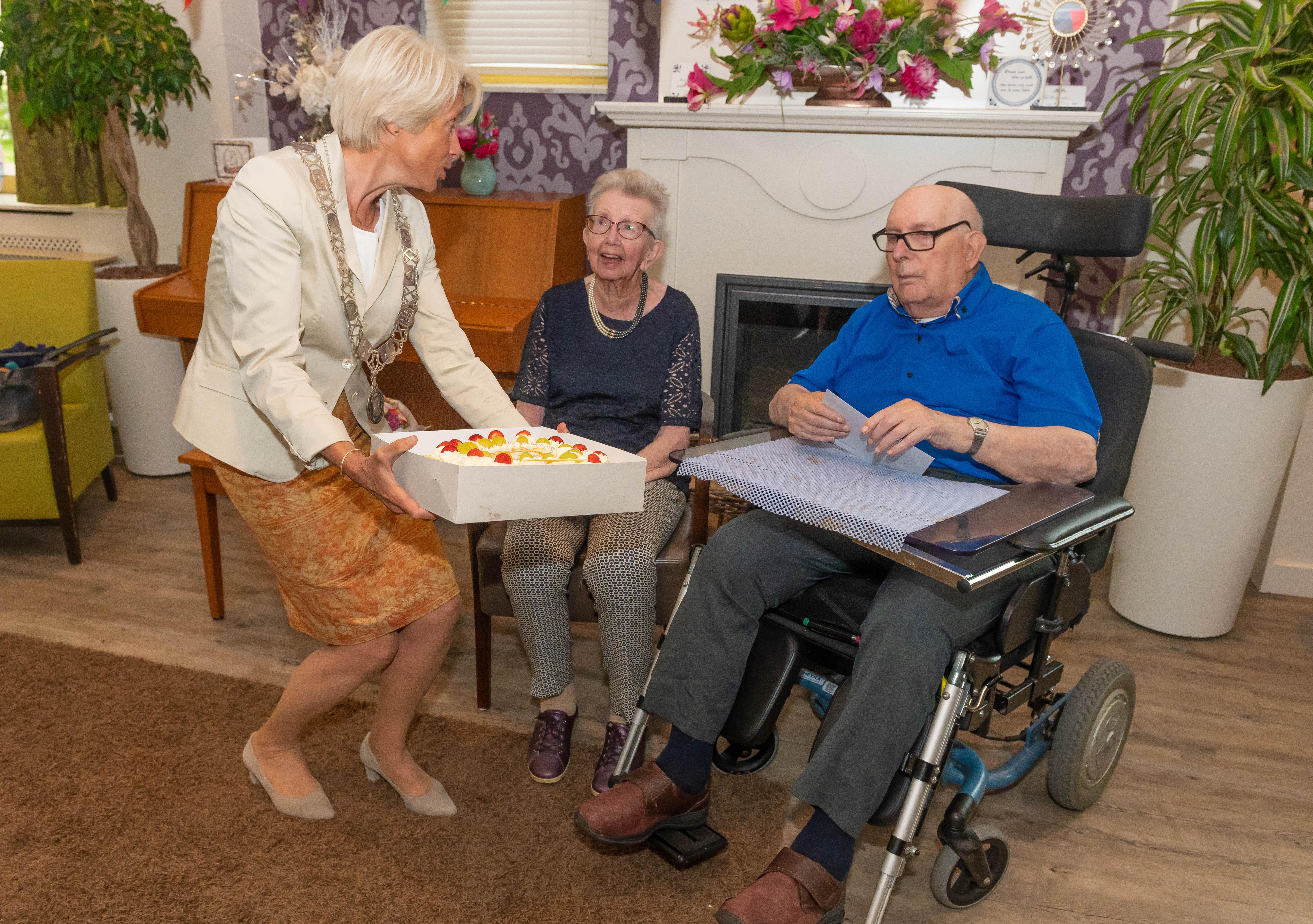 'Onze eerste kus? Ik weet nog wel die met een ander vriendje'; echtpaar Carbaat (97 en 91) viert zeventigjarig huwelijksfeest in Oosthuizen