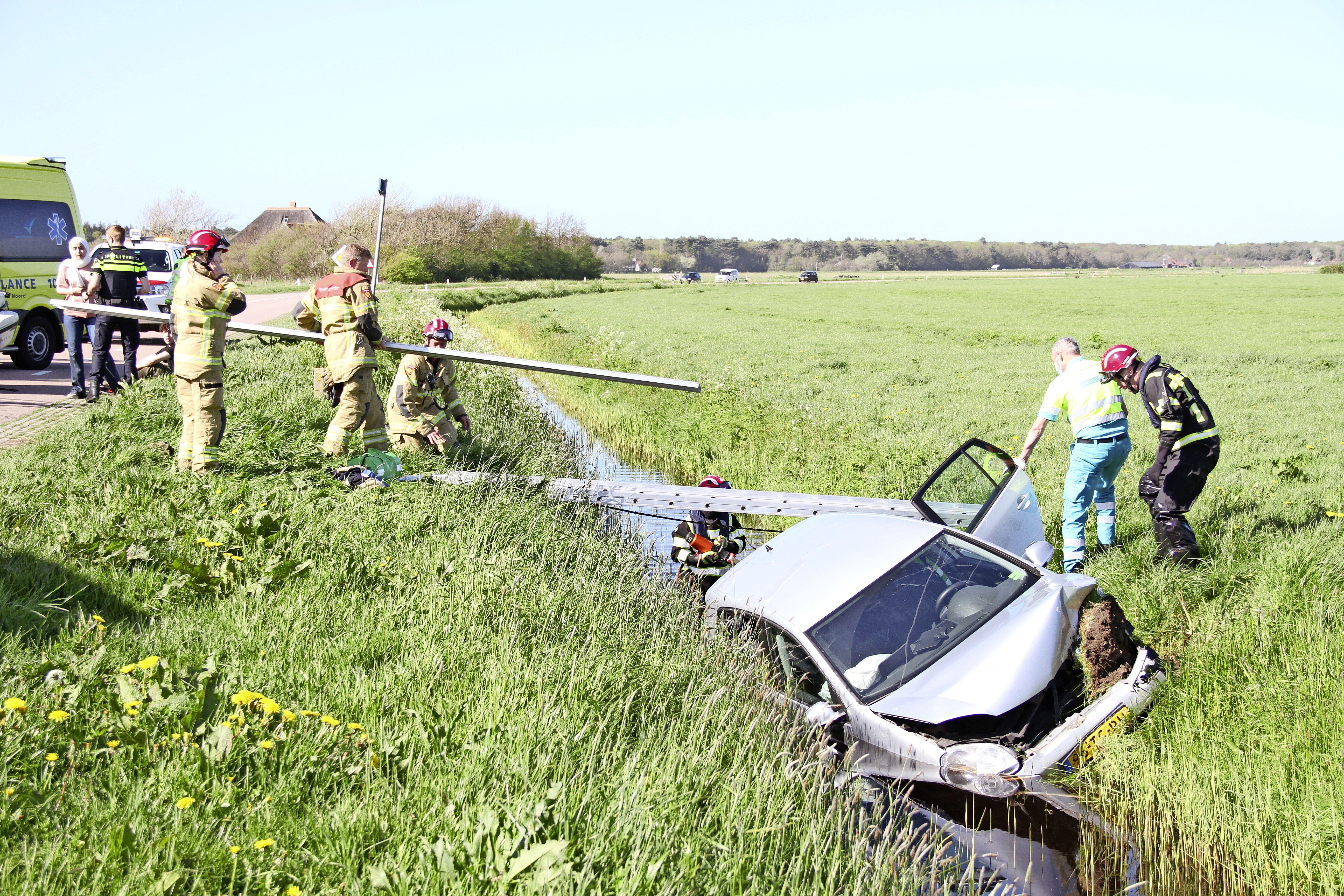 Zwaar ongeluk in Den Hoorn. Auto met vijf inzittenden raakt te water, allemaal naar ziekenhuis