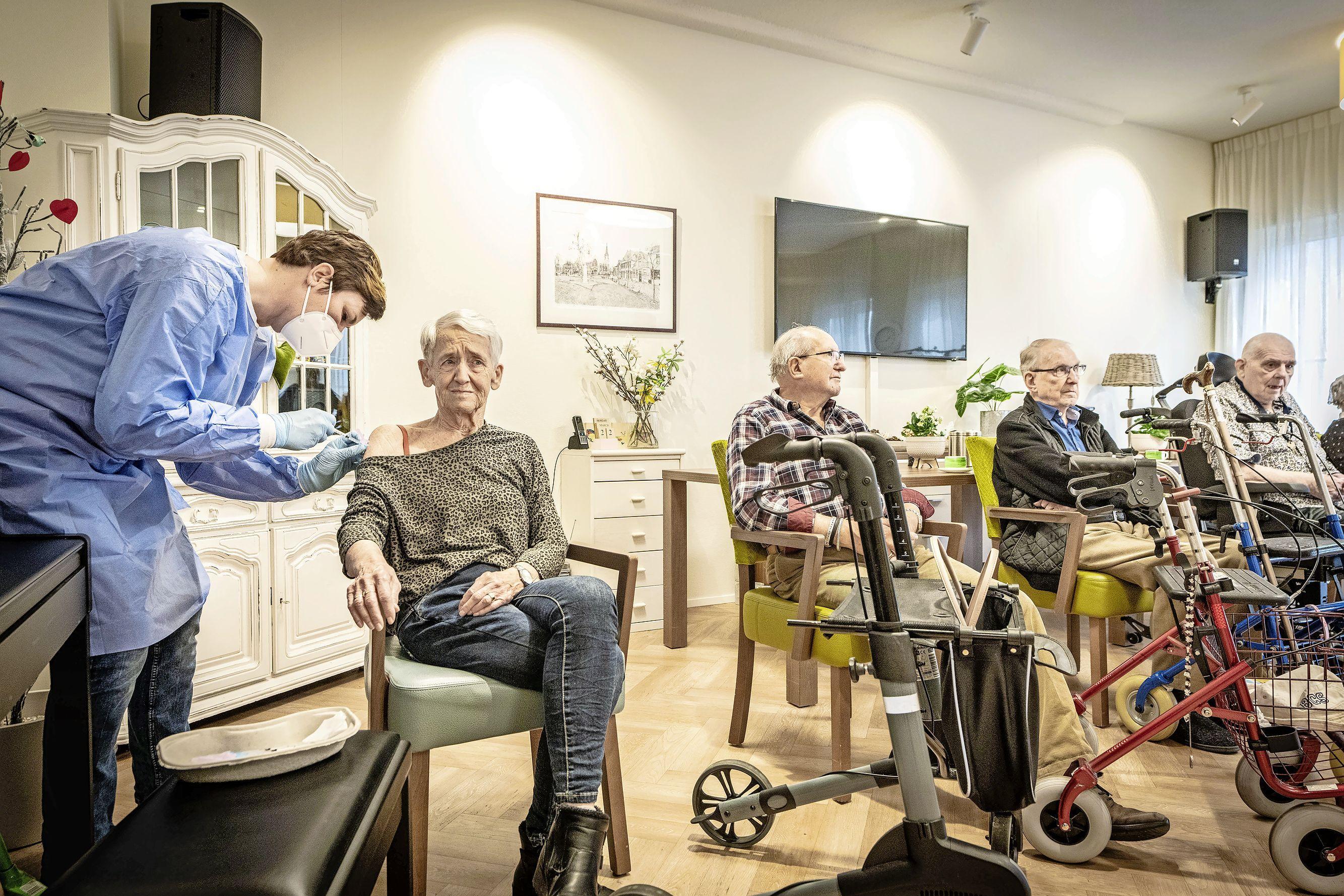 Prikteams van de huisartsen waaieren uit over de regio Zuid-Holland Noord met hun coronavaccins: 'Ik ben zo dankbaar. Dit is levensreddend'