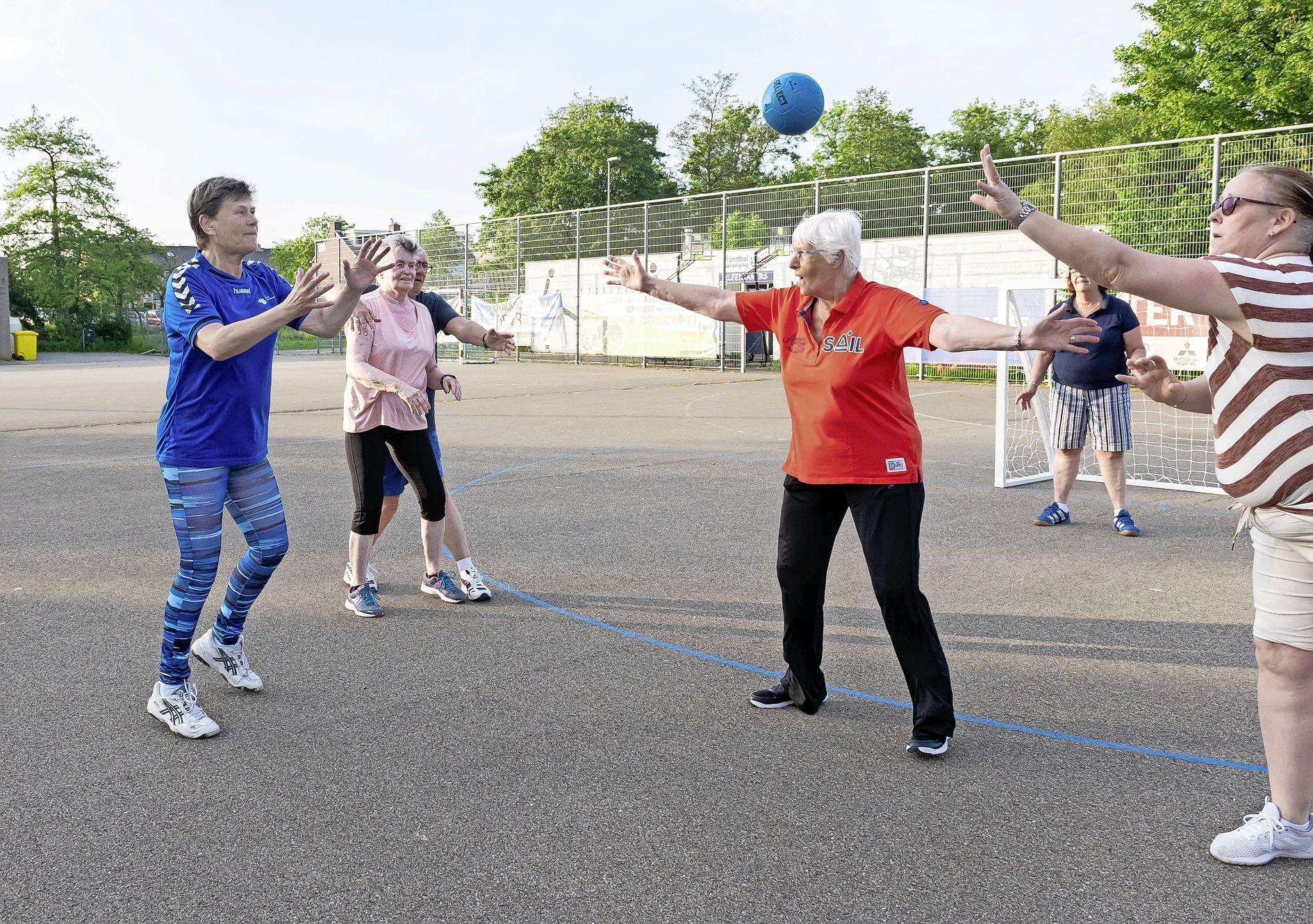 'Walking handball' is een hit bij 65-plussers: 'We mogen niet rennen of springen, maar verder vliegen we nog steeds heen en weer'
