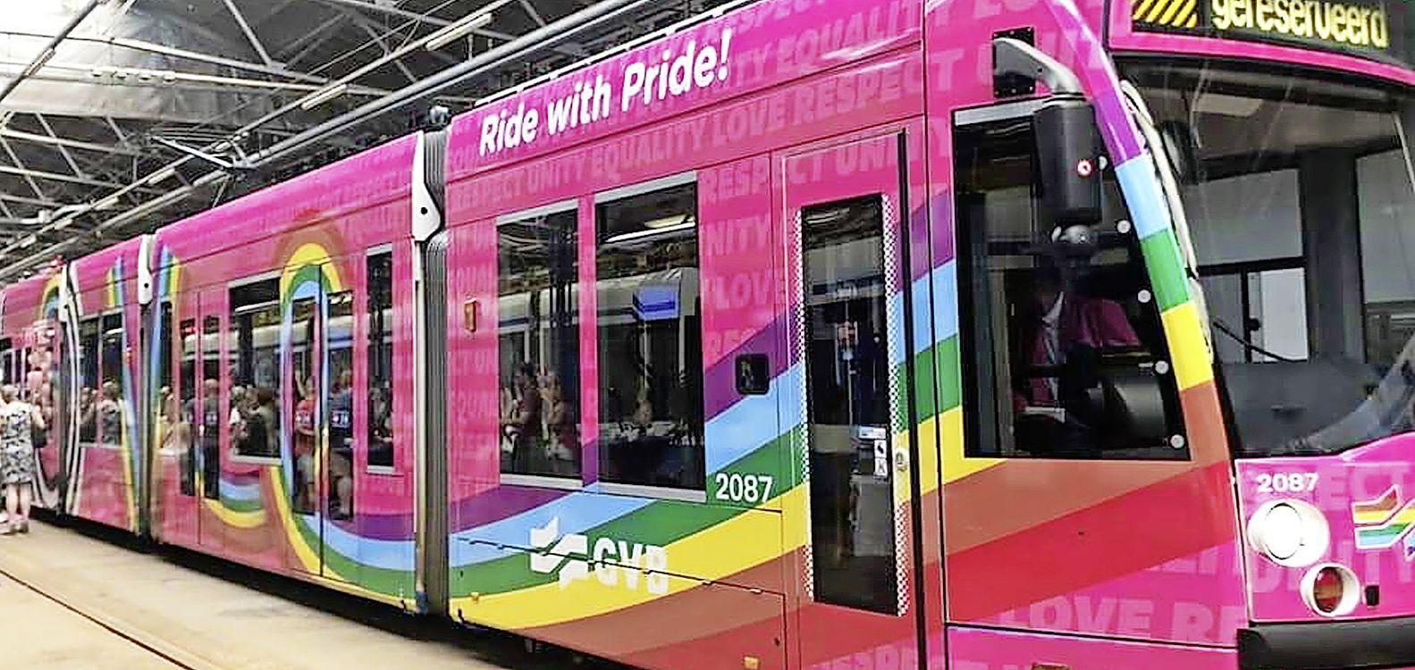Bussen in Zaanstreek en Waterland gehuld in regenboogkleuren: 'Iedereen is welkom in het openbaar vervoer'