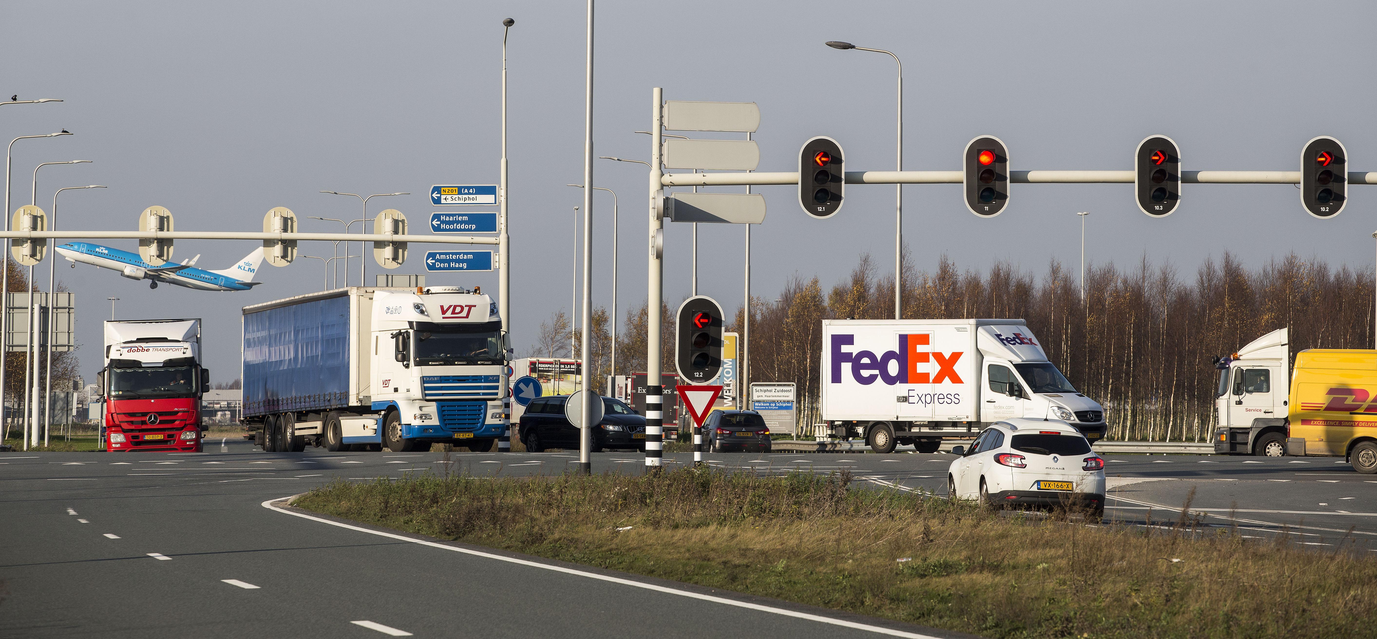 Vrachtwagens krijgen groene golf rond Schiphol