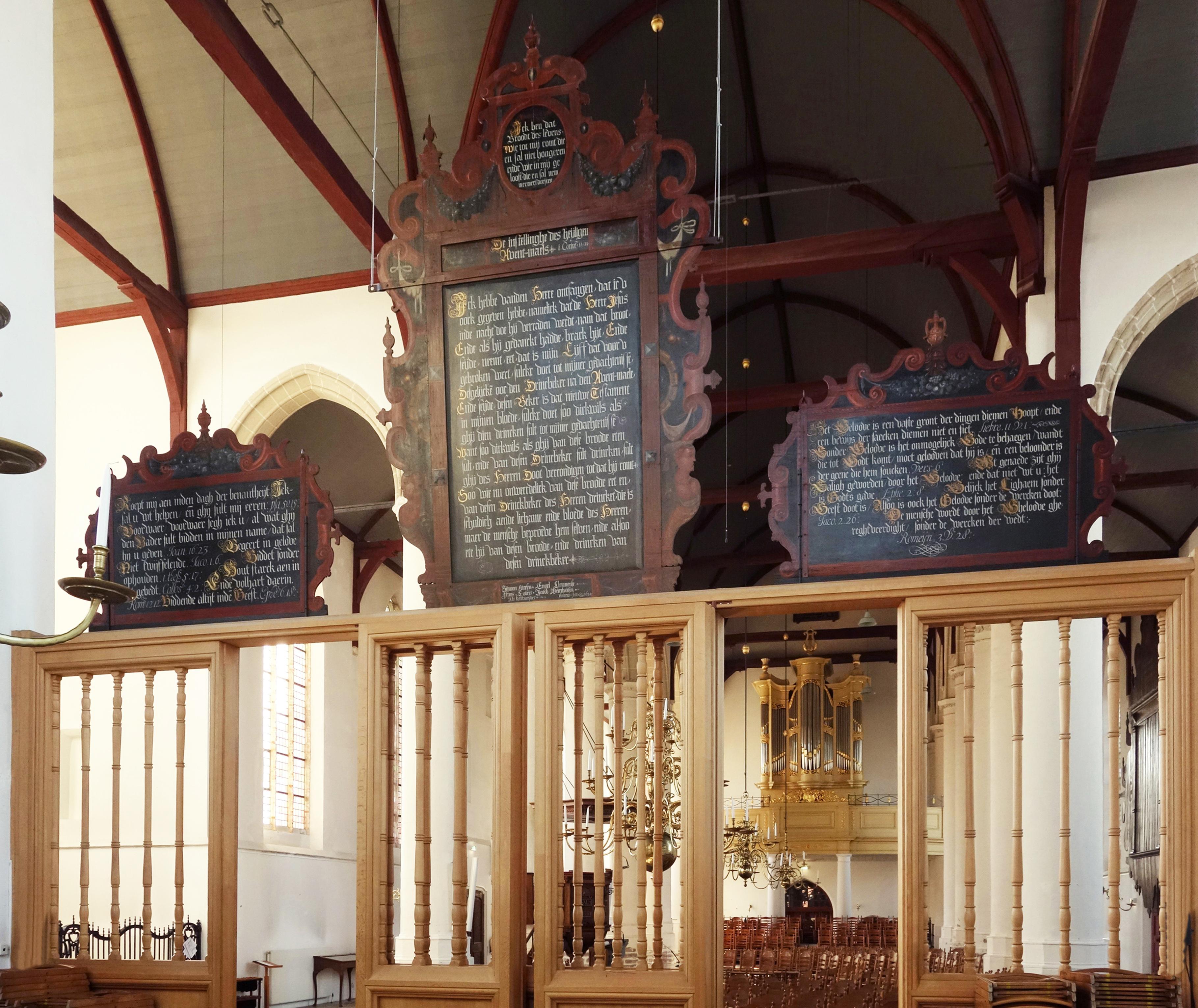 Vier historische tekstborden in Oude Jeroenskerk gerestaureerd
