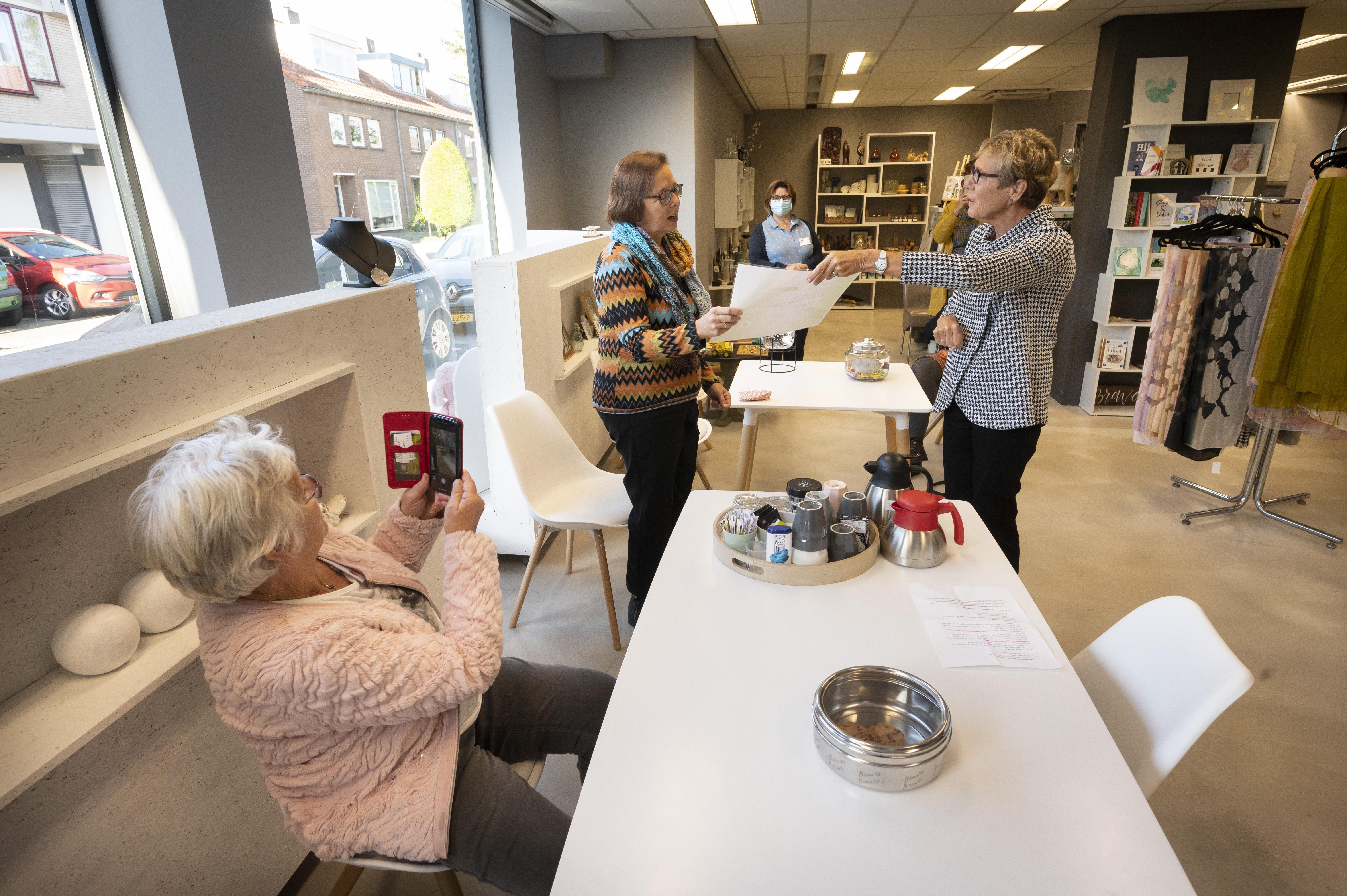 Teylinger Prijs voor Voorhoutse winkel met een praatje: 'Mooi beginnetje om zonwering te kopen'