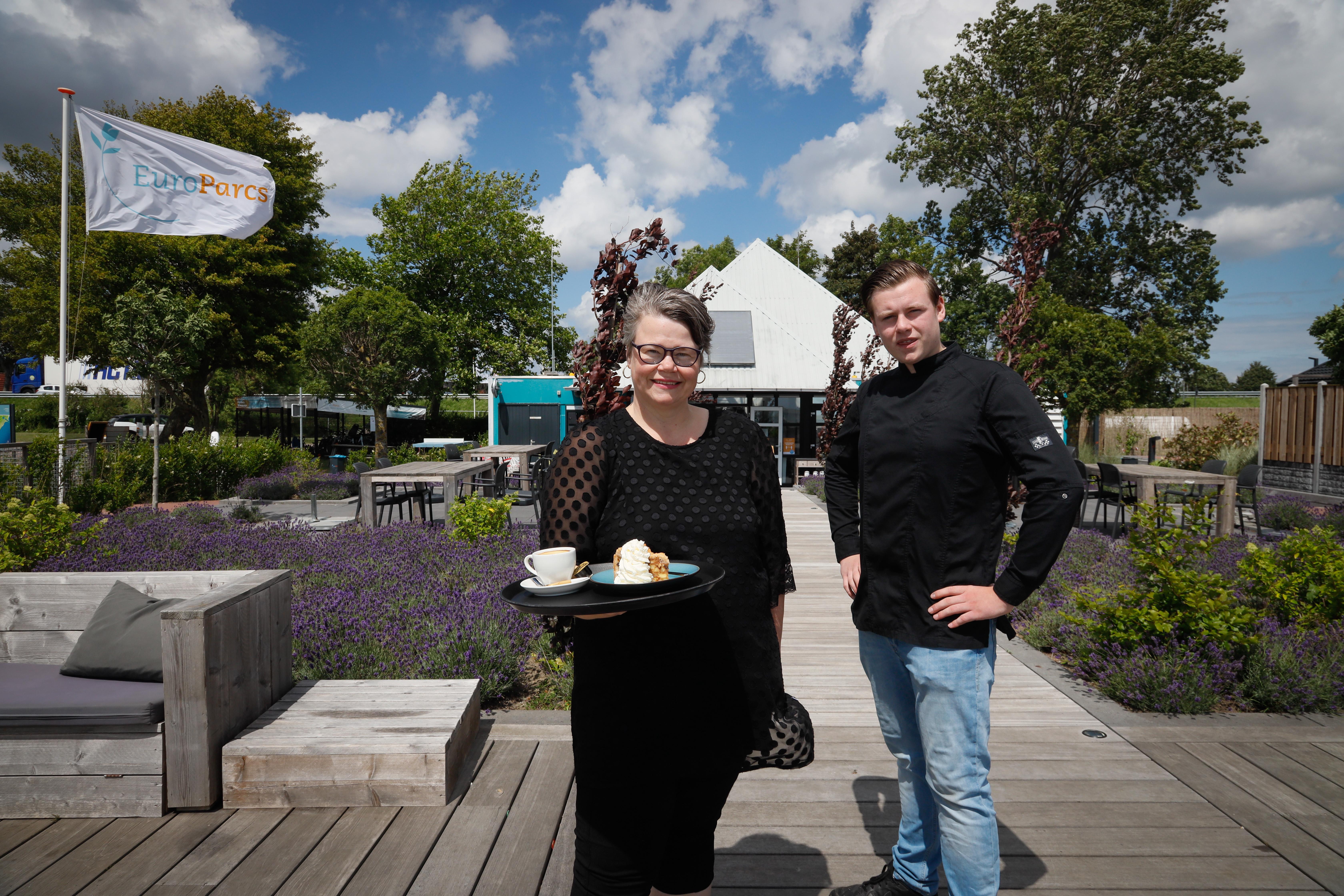 Corona krijg Saskia er niet onder. Brasserie Broekerhaven in Bovenkarspel wordt, gerund door moeder en zoon, een succes