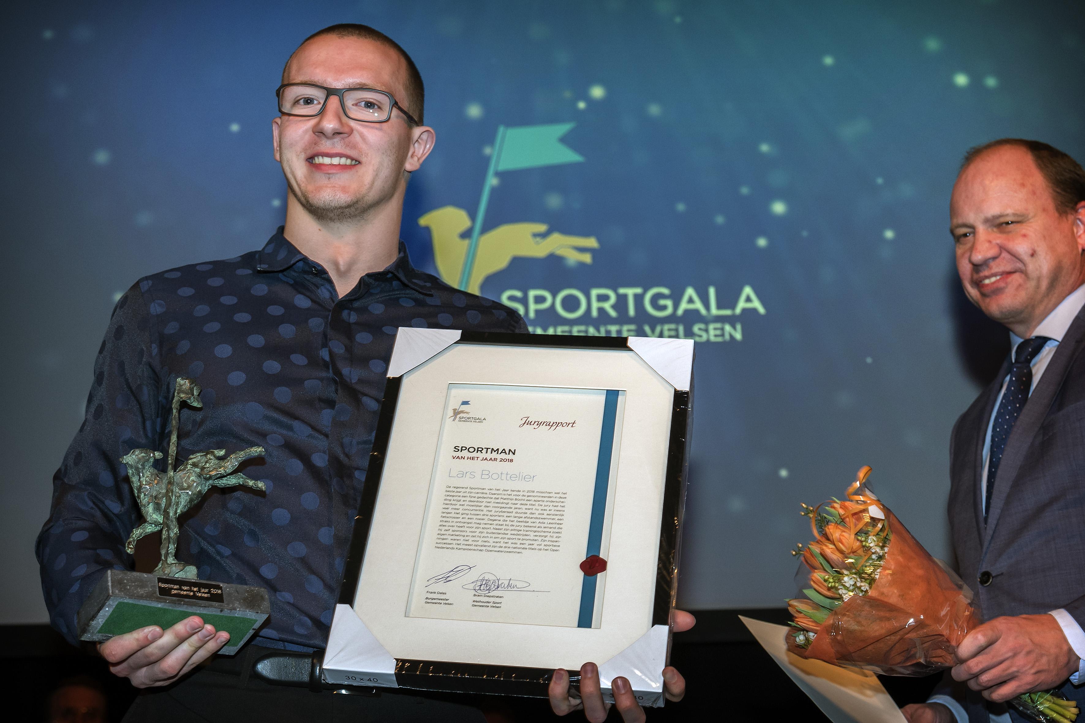 Openwaterzwemmer Lars Bottelier haalt limiet maar vond het mentaal zwaarder dan fysiek: 'Je bent constant bezig met wat de vingers van de coaches aangeven'