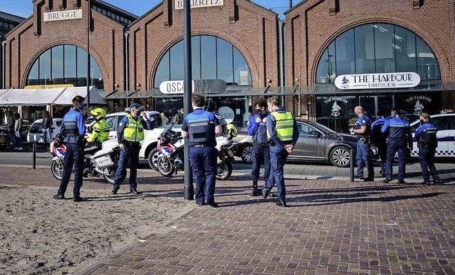 Bijval voor tv-kok René Pluijm, na arrestatie om verzet tegen sluiting zaak aan IJmuidense Halkade: 'Ik word afgevoerd als een crimineel, omdat ik wat mensen te eten geef buiten'