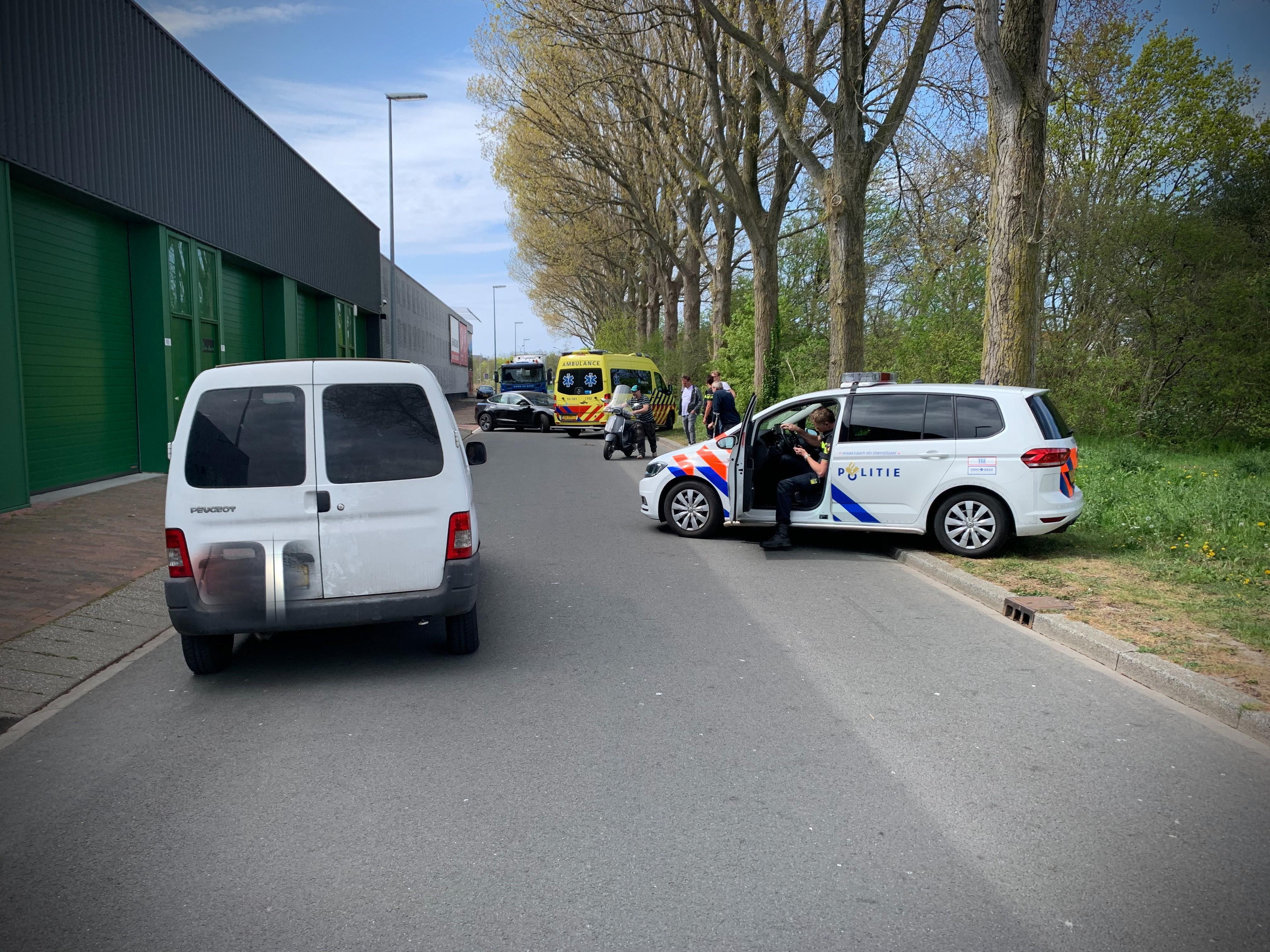Auto en scooter botsen in Alkmaar: scooterrijder met hoofdletsel naar ziekenhuis
