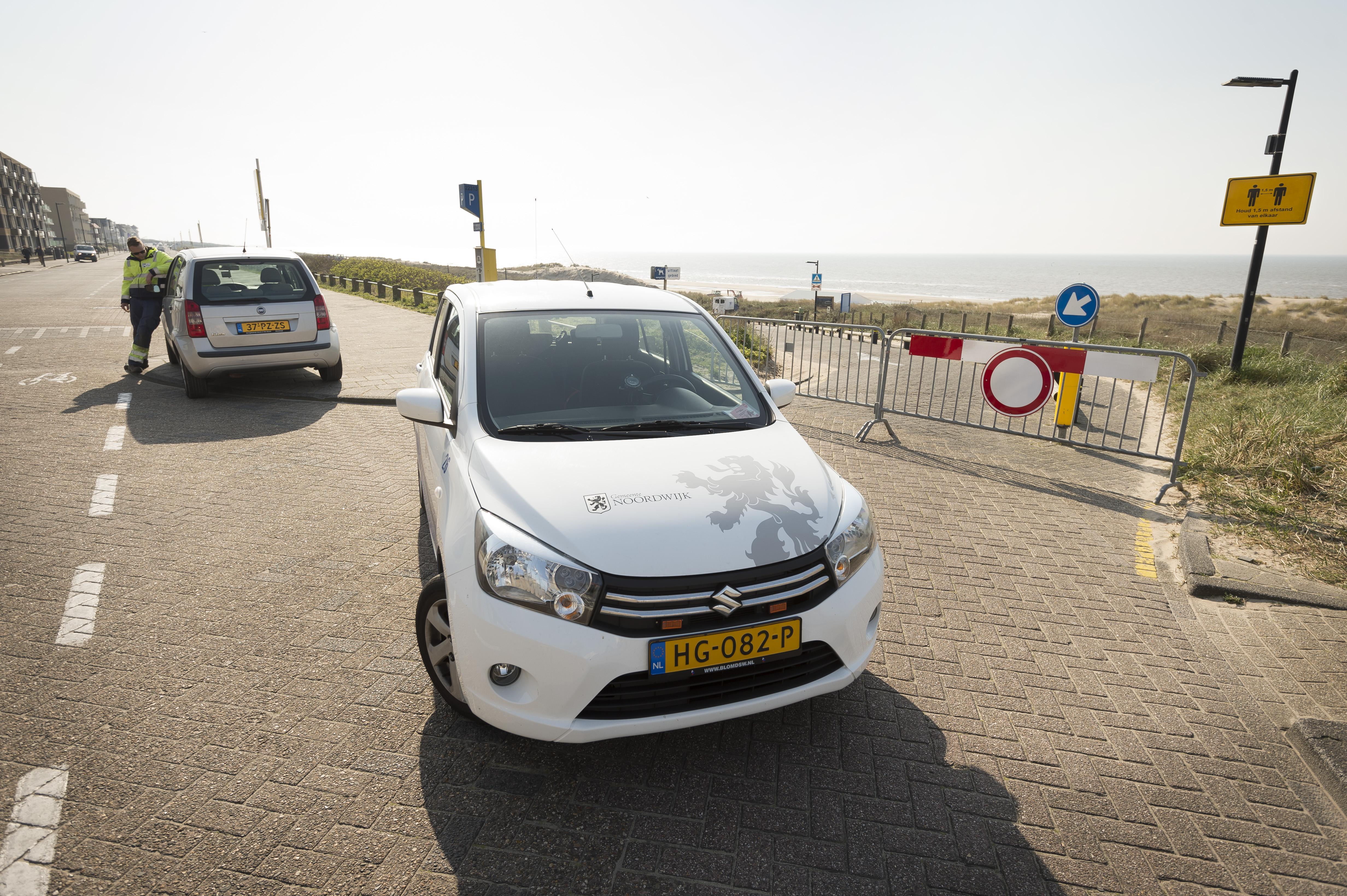 Legertje aan ambtenaren ziet toe op afsluiting van Noordwijkse parkeerterreinen