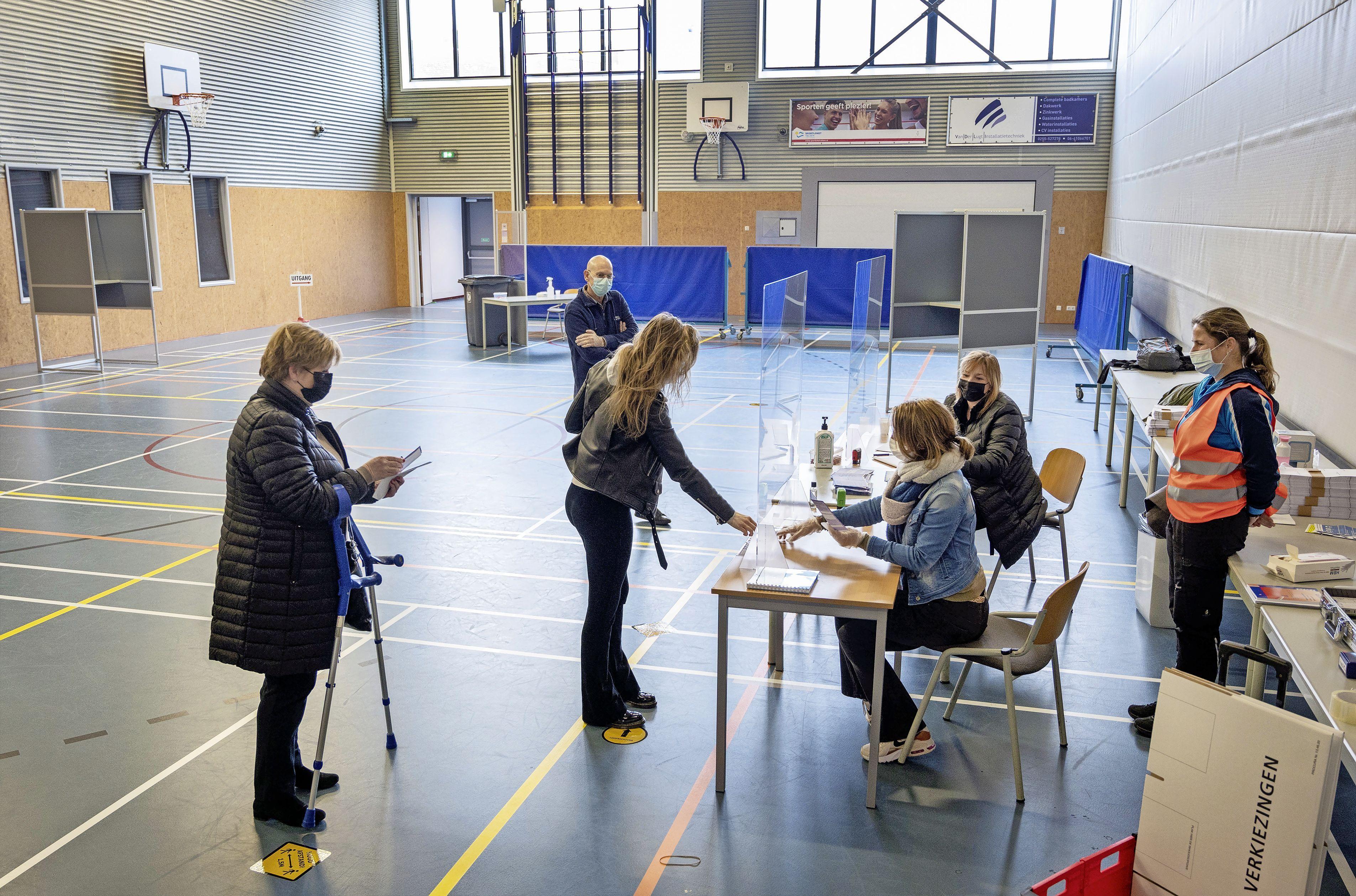 Oudere en kwetsbare kiezers in Velsen blij dat ze nu al kunnen stemmen: 'Ik ben afhankelijk van mijn dochter die mijn taxi is. Als ik had moeten lopen, was het niet gelukt'