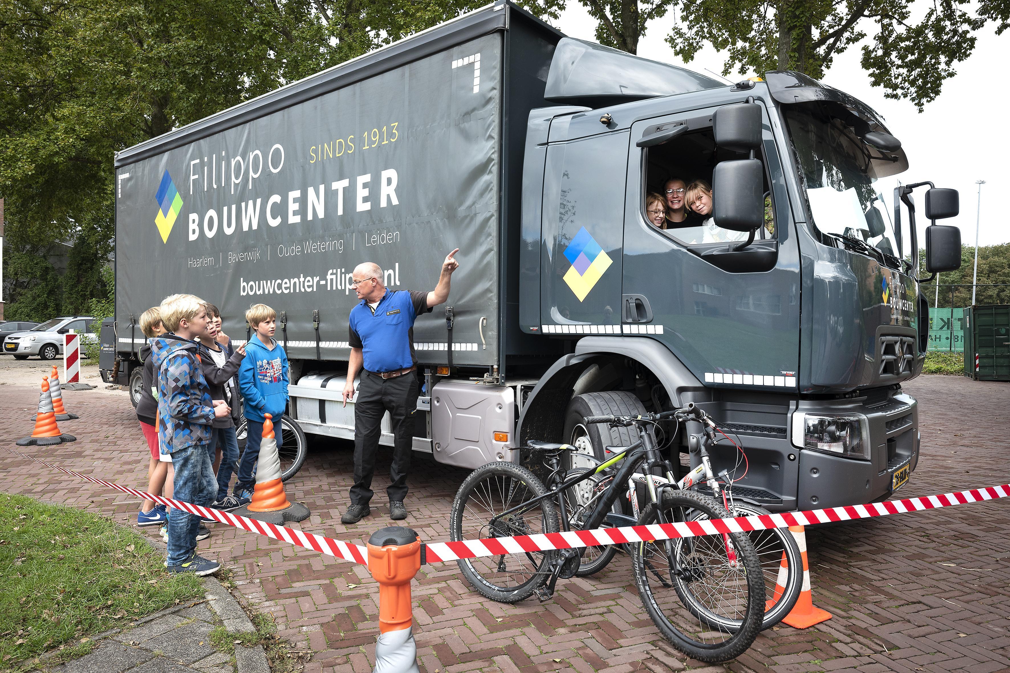 Leerlingen van De Zonnewijzer in Haarlem krijgen uitleg over dode hoek vrachtwagens: 'Belangrijk dat je gezien wordt, want je wil niet platgewalst worden'