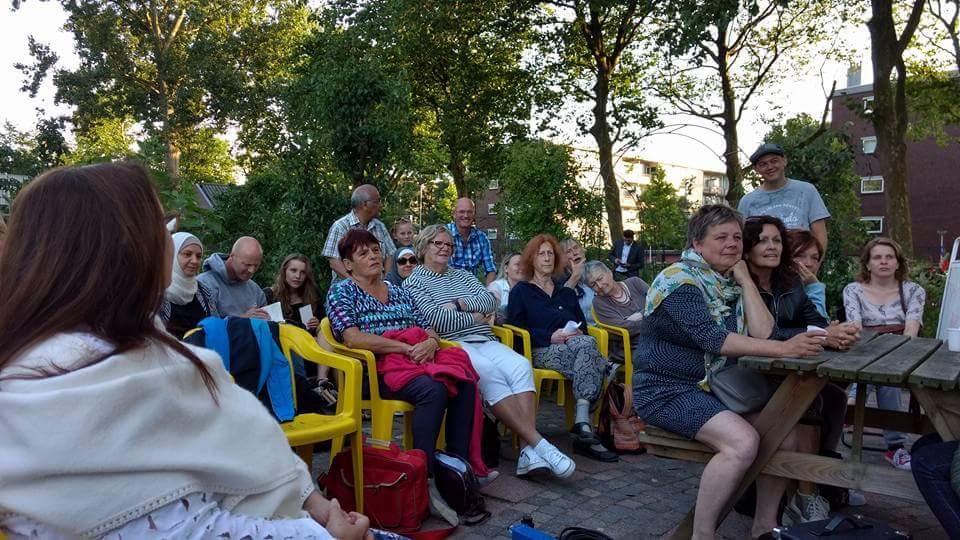 Gedichten en muziek in Zaandamse buurttuin