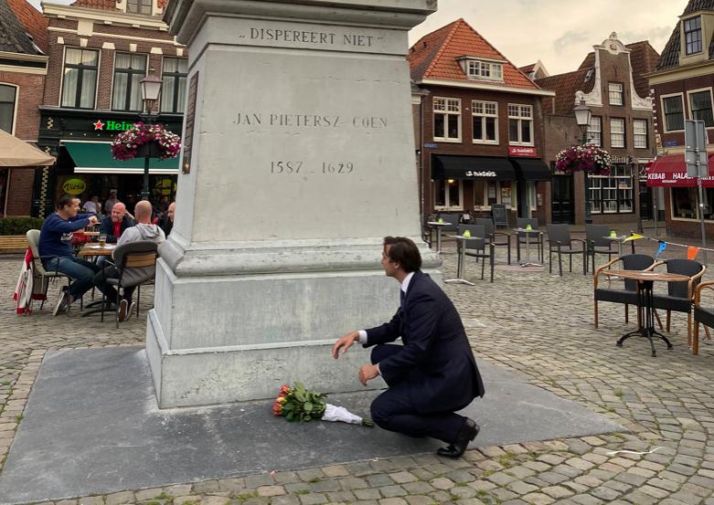 Thierry Baudet legt bloemen bij J.P. Coen in Hoorn, tegelijk petitie om standbeeld omver te halen [video]