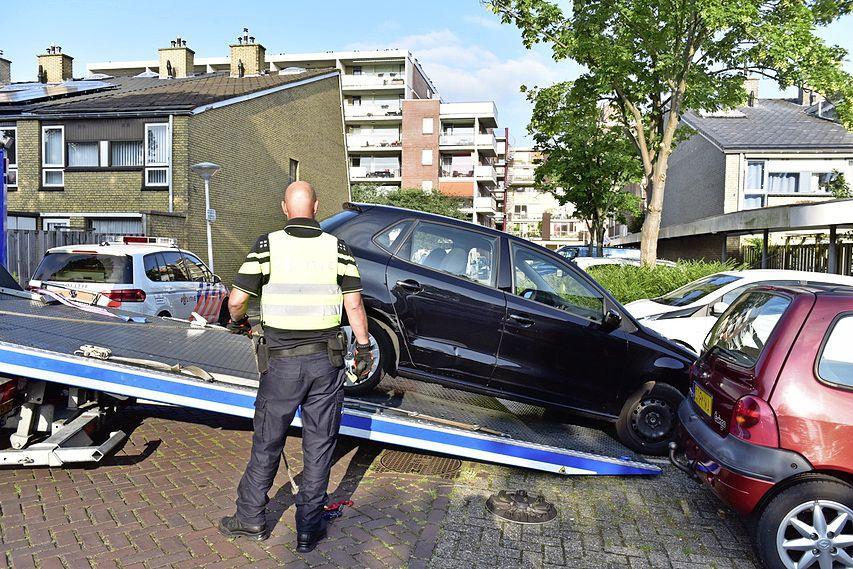 Automobilist rijdt in op politiewagens in Leiden: verdachte op de vlucht