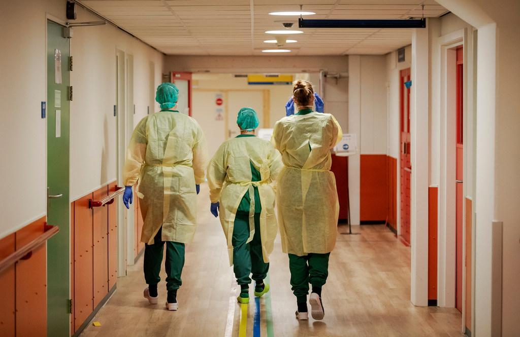 Alkmaarse verpleegkundigen en andere actievoerders herdenken dertien collega's die door corona zijn overleden. 'Hij voelde iets tussen zijn spatbril en mondmasker toen een besmette patiënt hoestte'