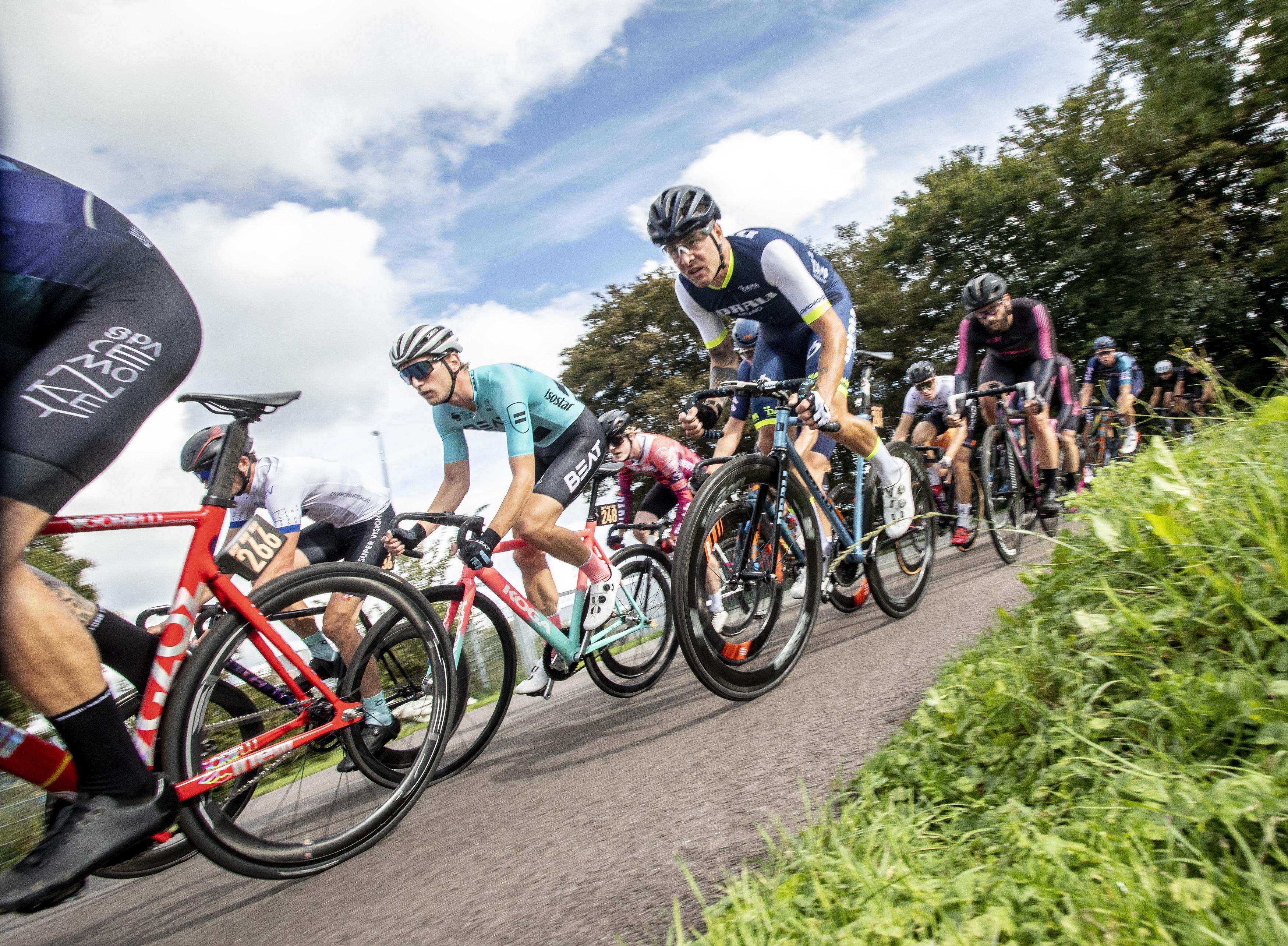 Fixies is keihard fietsen zonder remmen en versnellingen: 'Opmerkelijk dat er geen ongelukken gebeuren!'