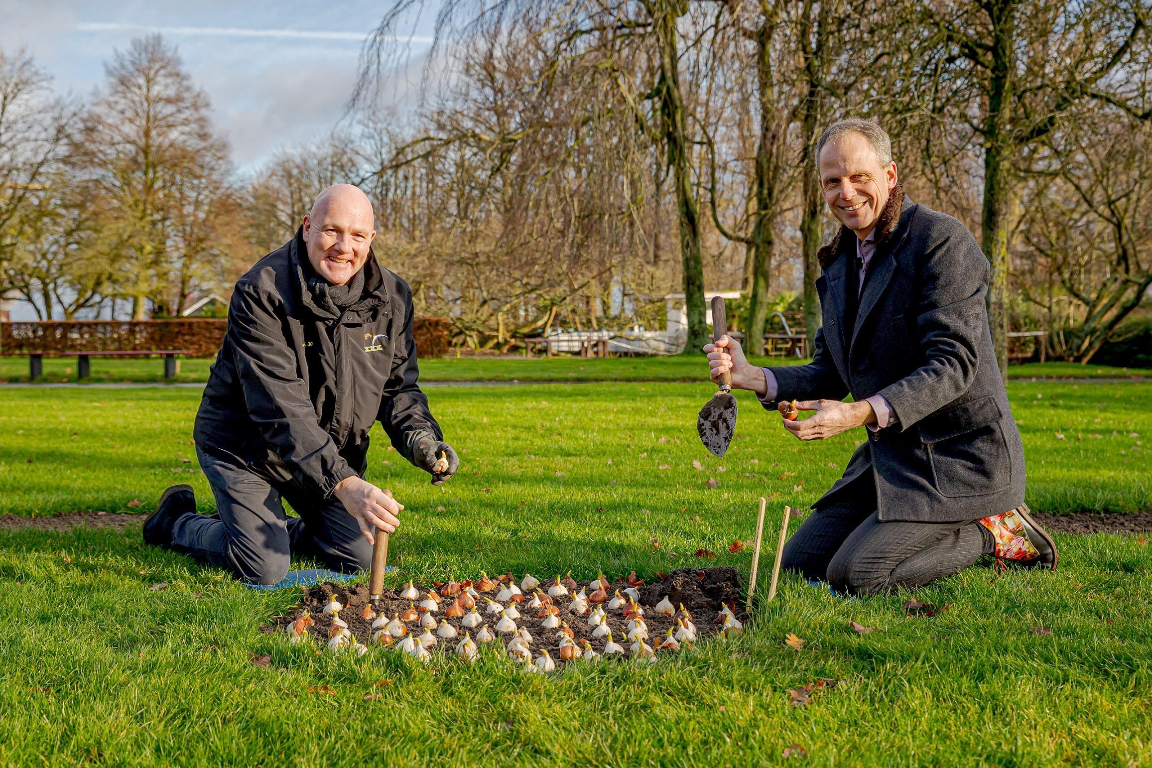 André Kuipers plant de laatste van zeven miljoen bollen in bloementuin Keukenhof