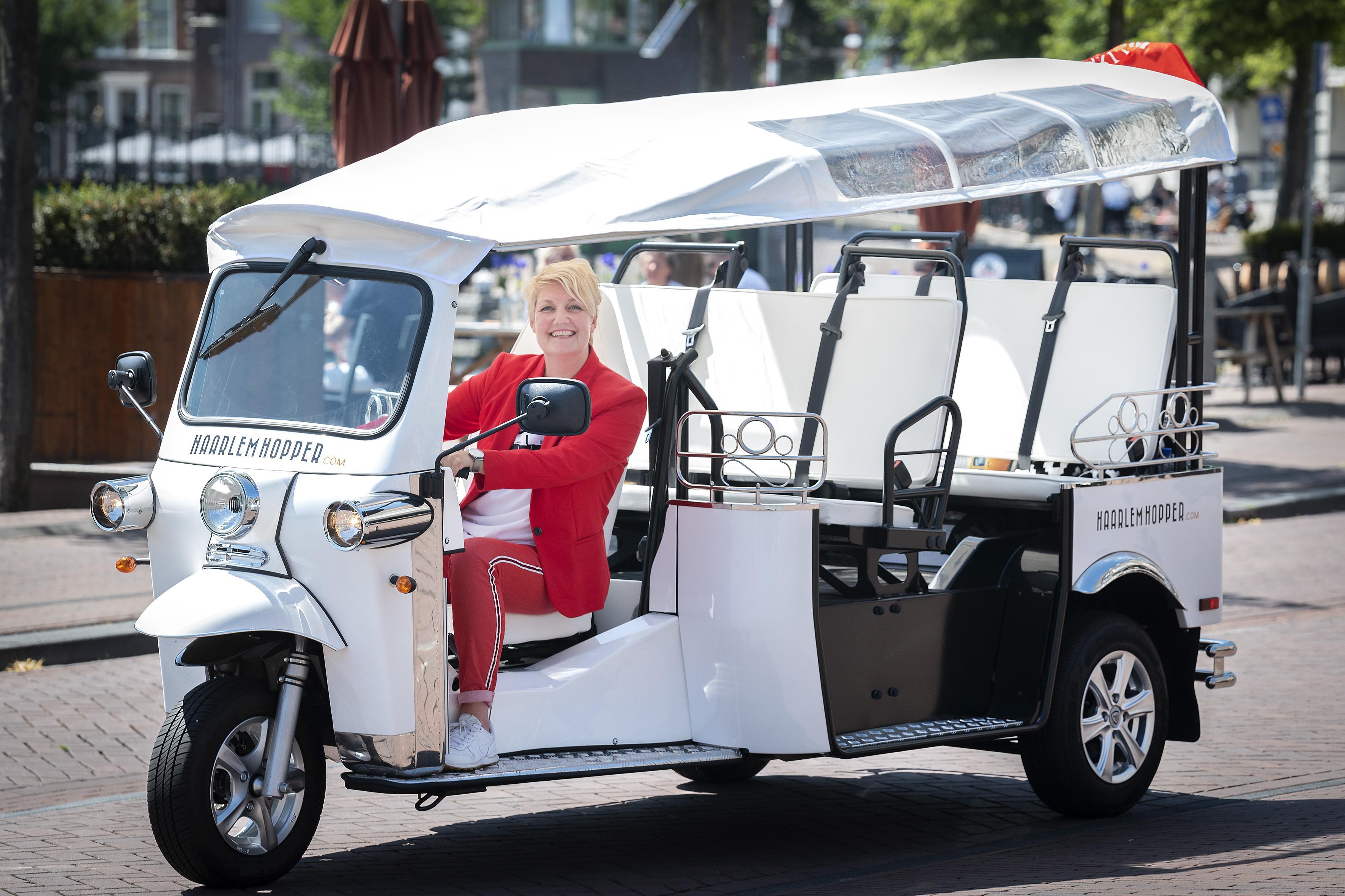 Mariëlle Keuning begint service voor toeristen en dagjesmensen: met de tuktuk historisch Haarlem door